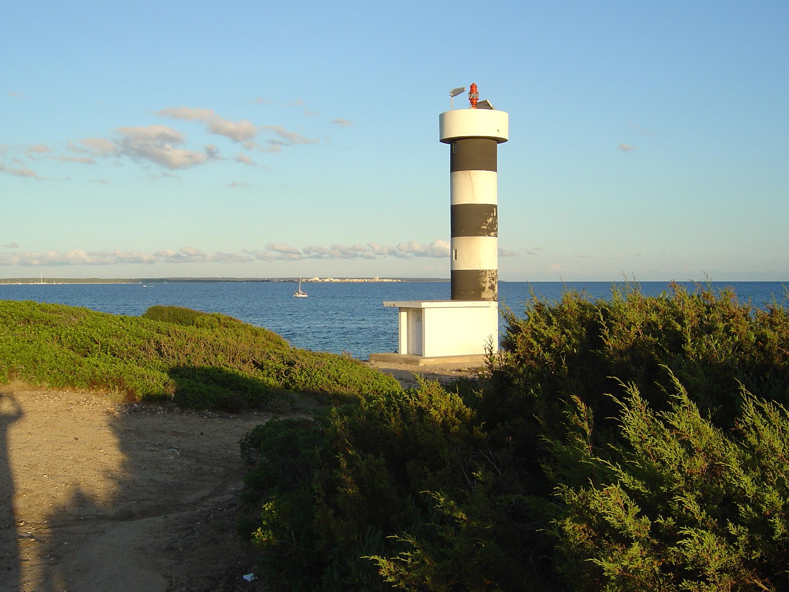 Foto playa Caló En Timo. Far a Sa Punta Plana, al fons Colónia de Sant Jordi. S´Estanyol. Llucmajor