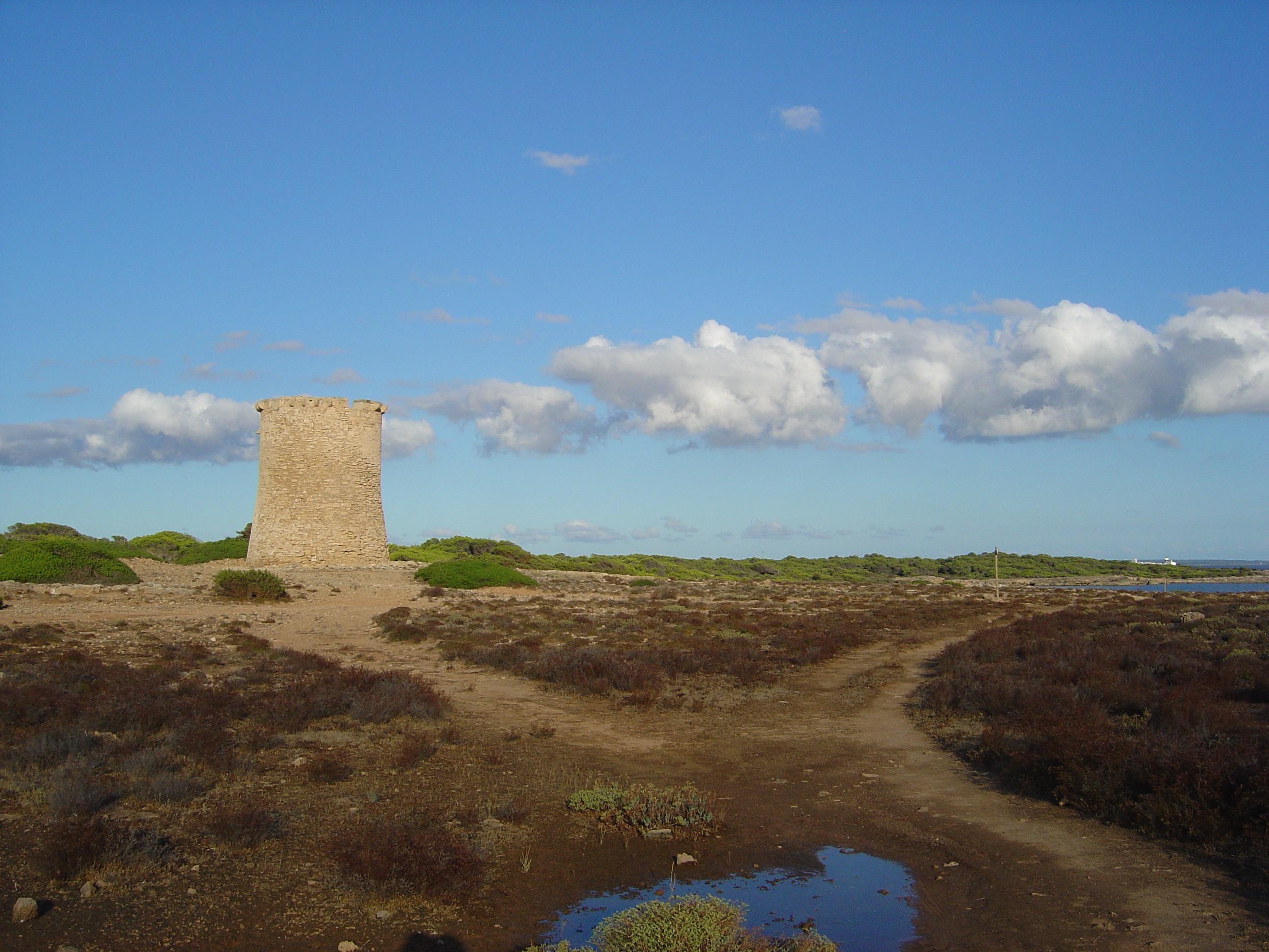 Foto playa Caló En Timo. Torre de guaita costanera, de senyals per a la  defensa, a s´Estalella. Llucmajor.