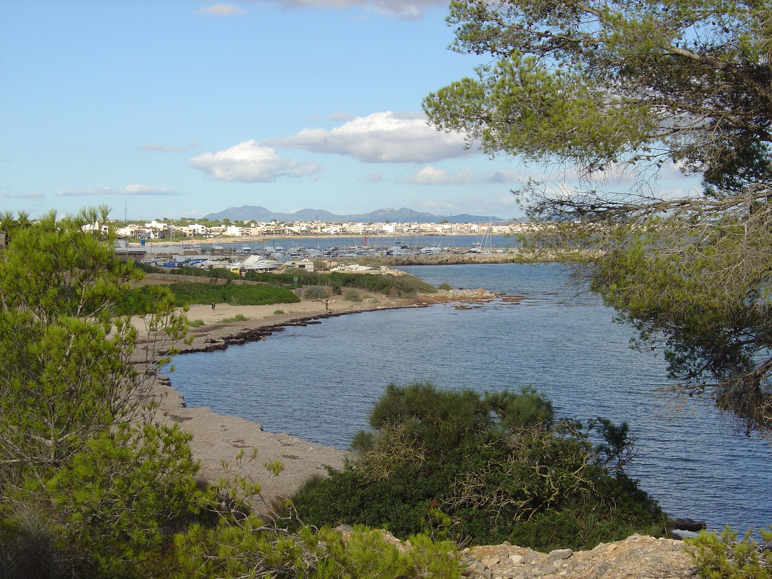 Foto playa Caló En Timo. Port de S´Estanyol,  al fons Son Bieló  i  Sa Ràpita.