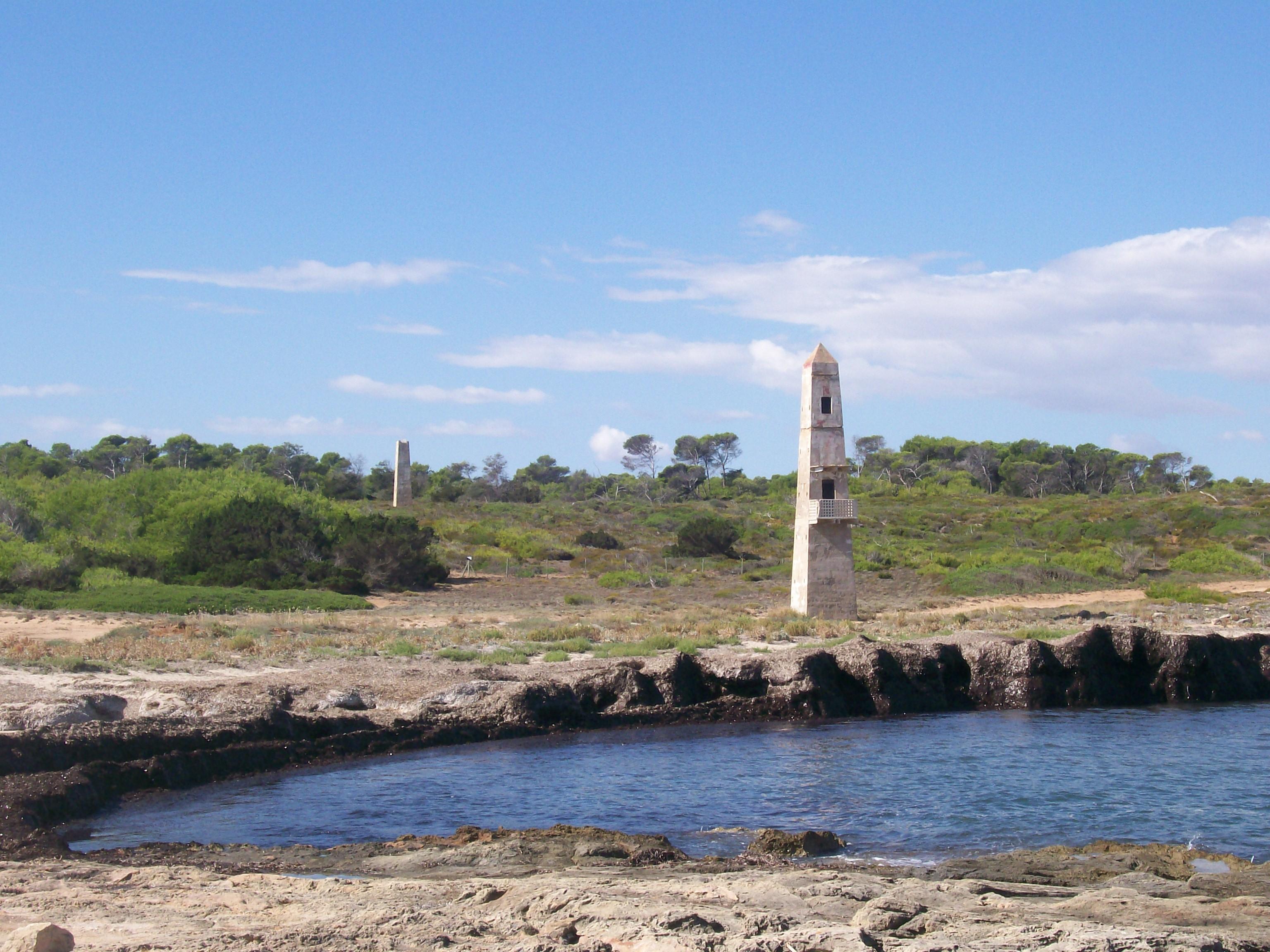 Foto playa Cala Serralot. Towers from Rocks