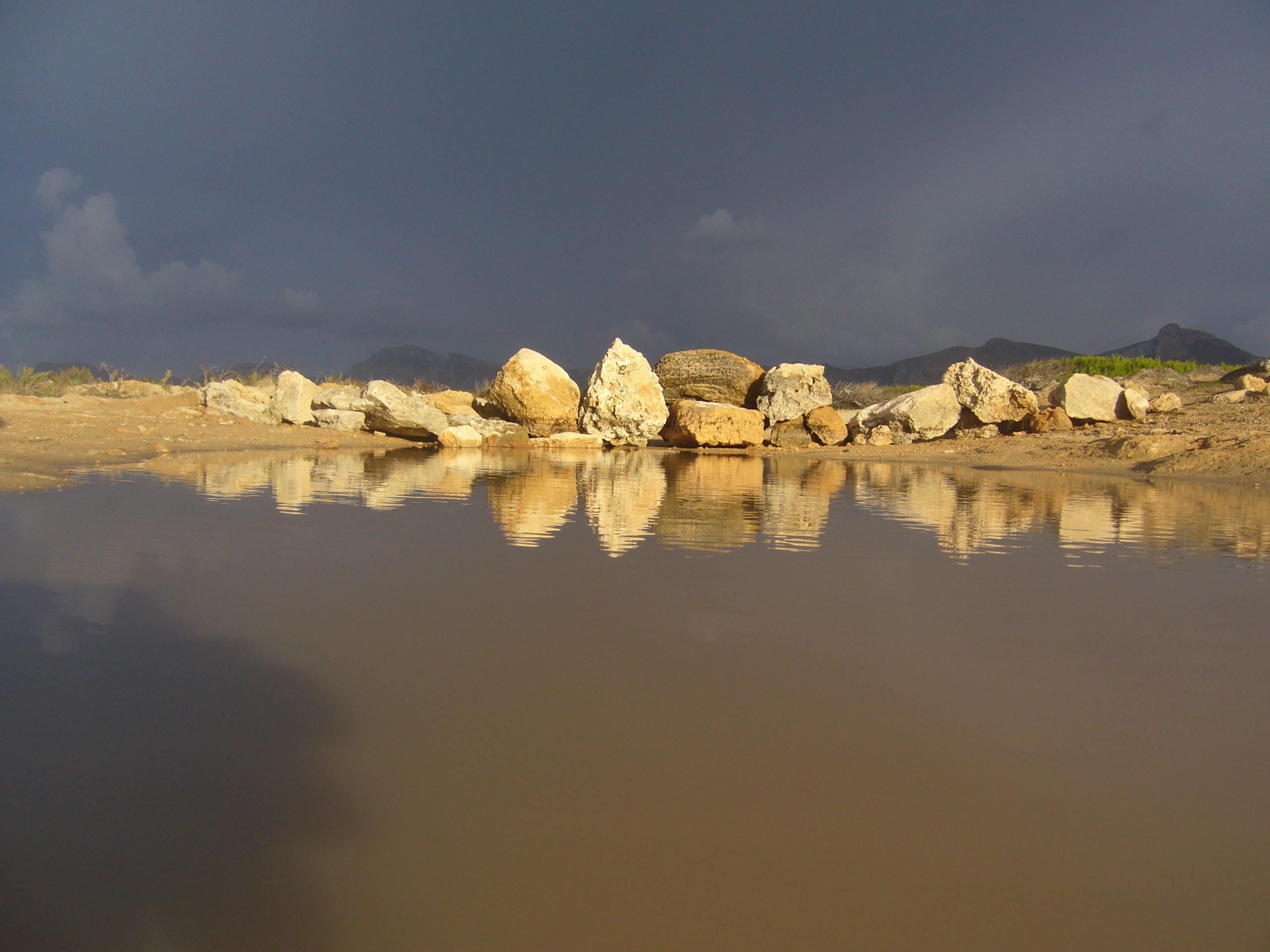 Foto playa Sa Cánova. Blick vom Strand von Son Serra de Marina zum Mont Ferrutx