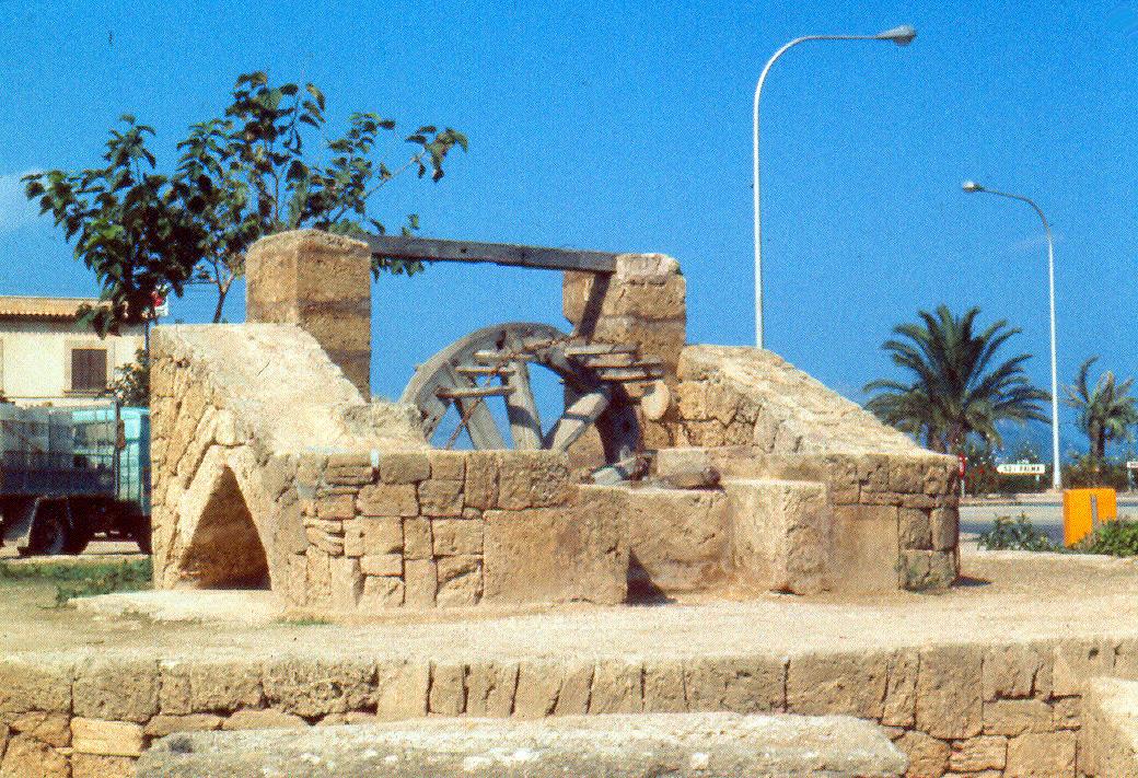 Foto playa Alcudia. Octubre1973. Antigua noria romana en Alcudia.
