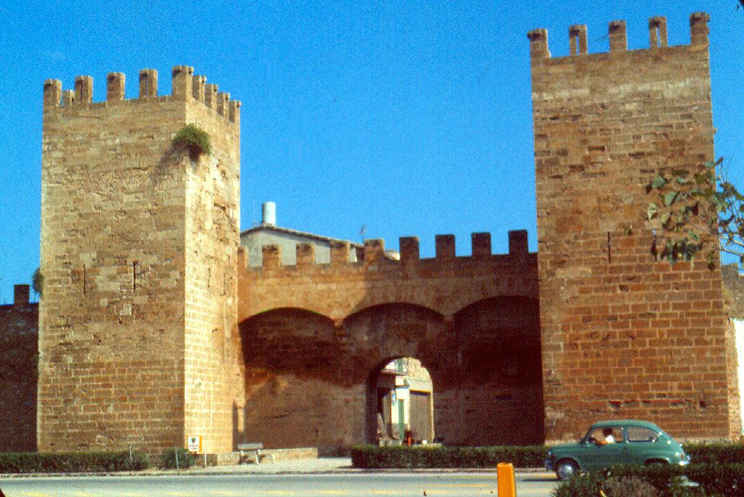 Foto playa Alcudia. Octubre1973. Puerta en las murallas de Alcudia.