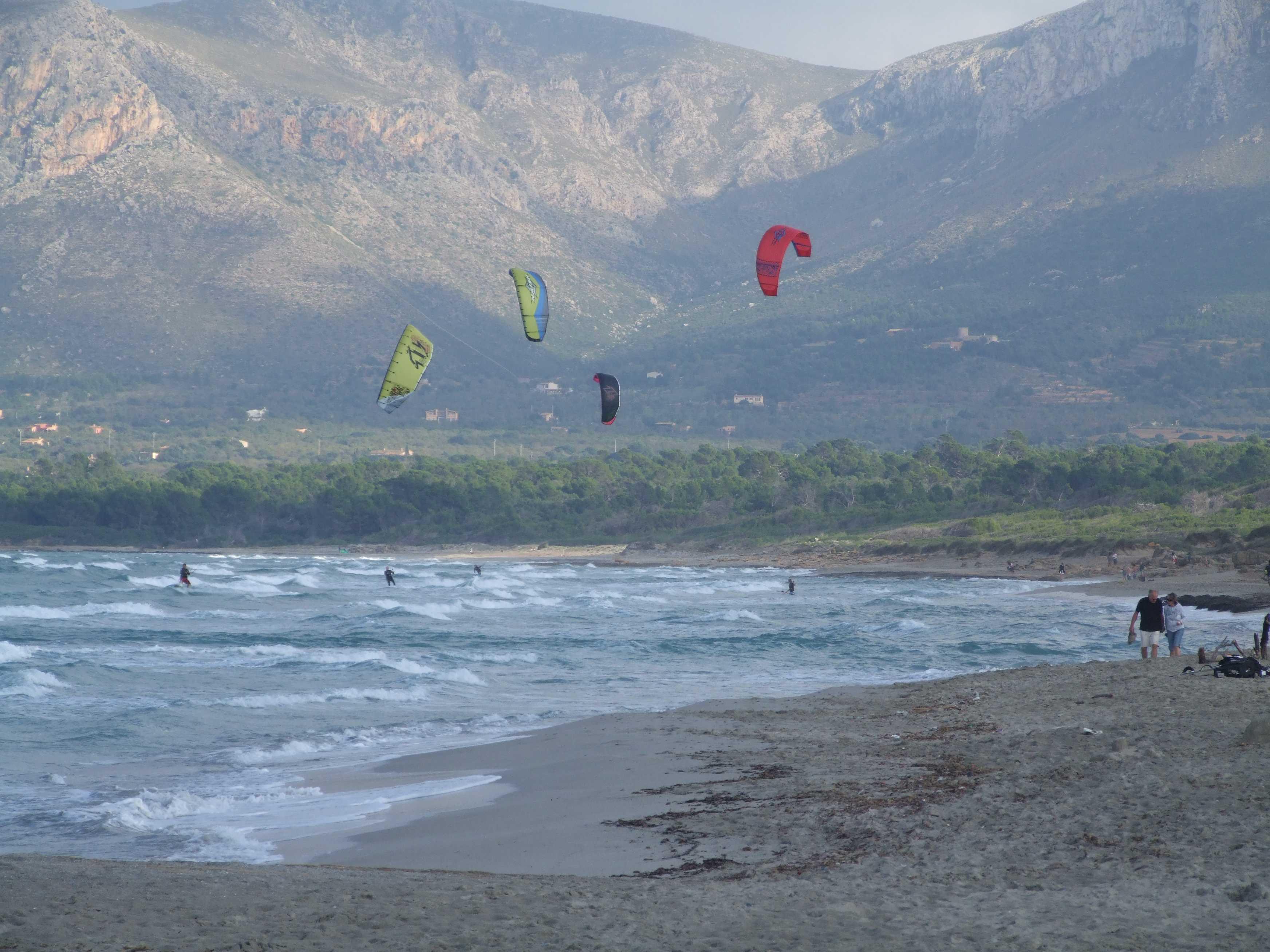 Foto playa Son Serra de Marina. Kitesurfer