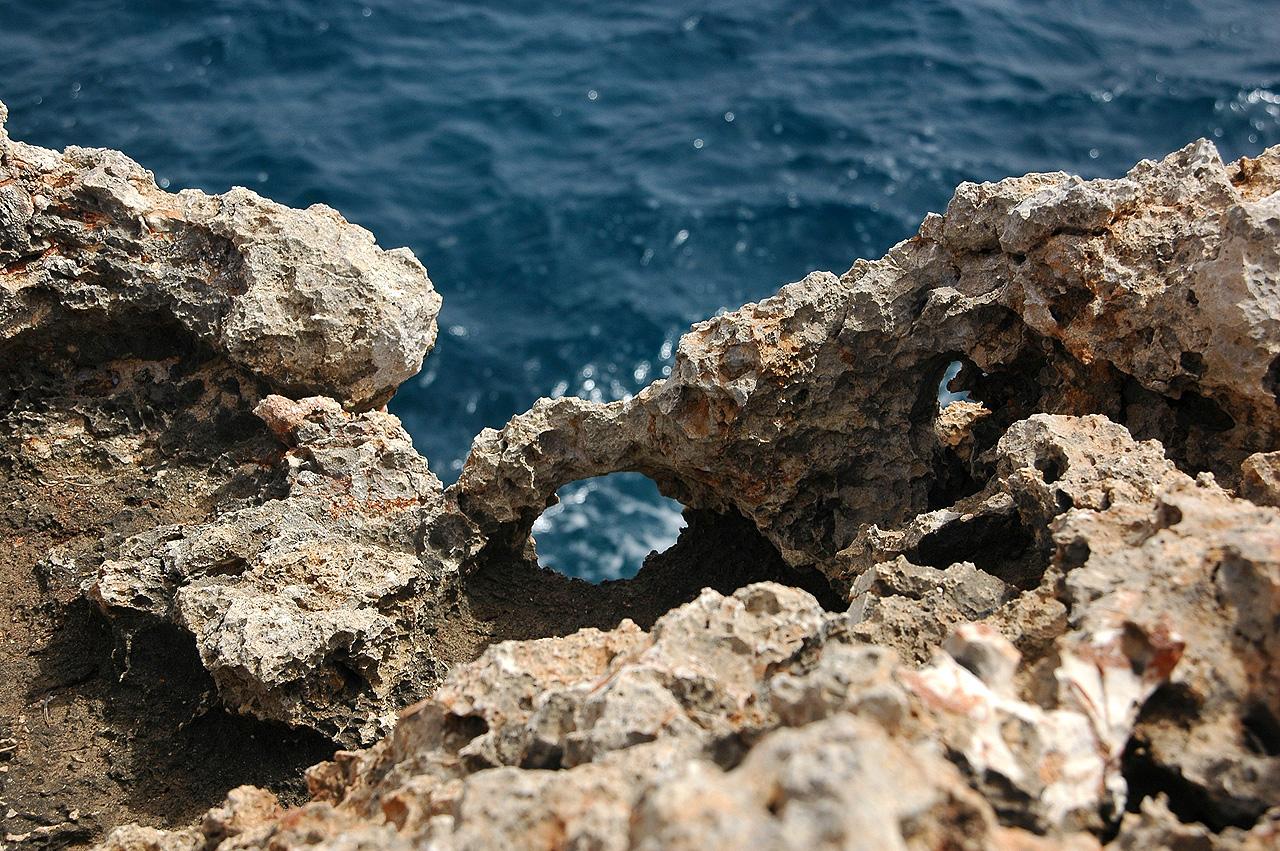 Foto playa Cala Mitjana. The cliffside