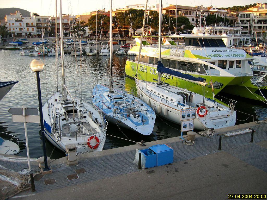 Foto playa Son Moll. Die schönen Schiffe im Hafen von Cala Rajada.