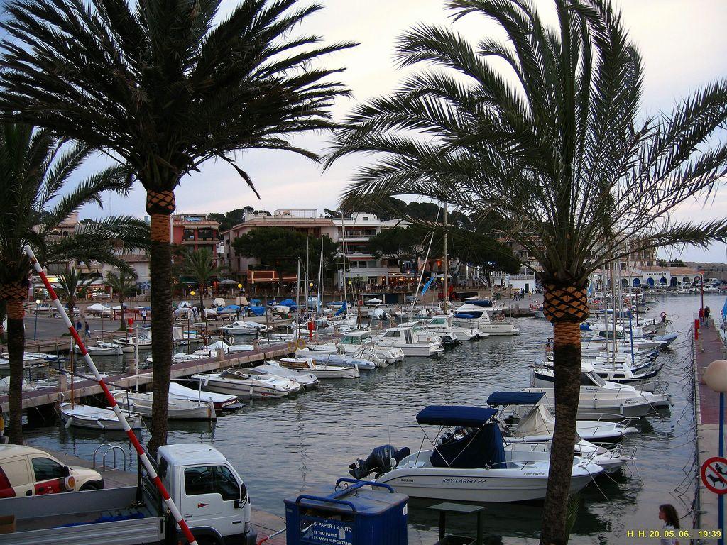 Foto playa Son Moll. Blick auf den Hafen von Cala Rajada.