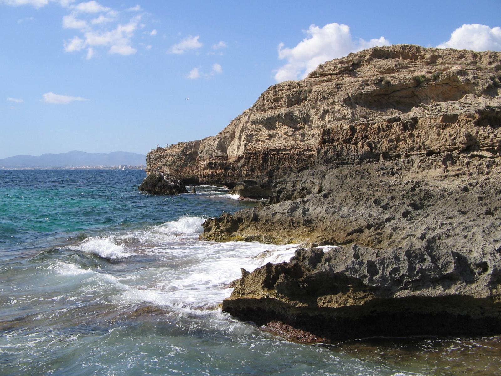Foto playa Cala Blava. The Rocks (Son Veri Nou)