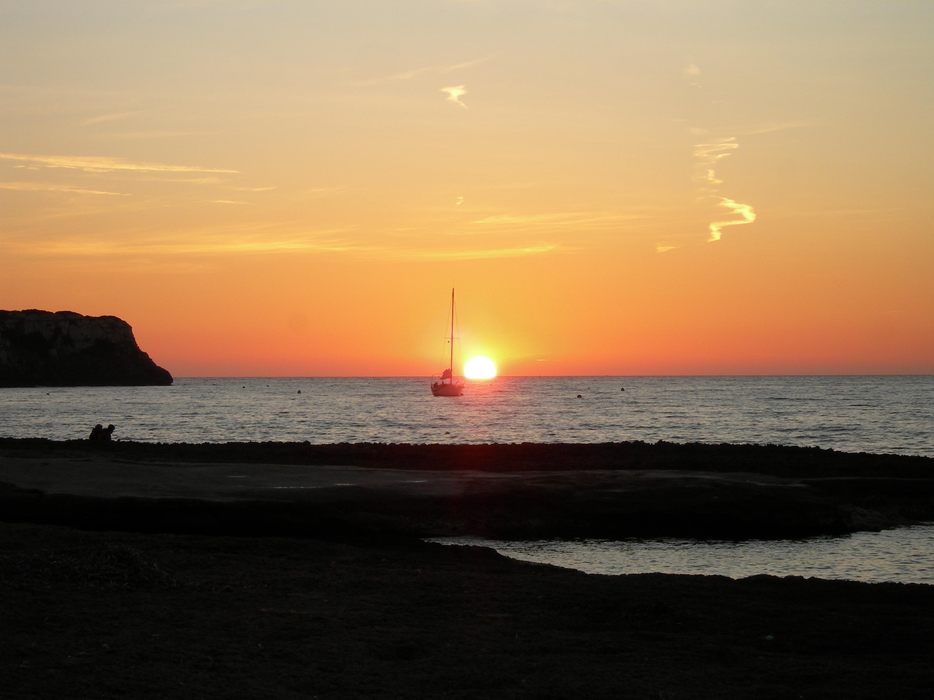 Foto playa Cala Blava. puesta de sol al mar