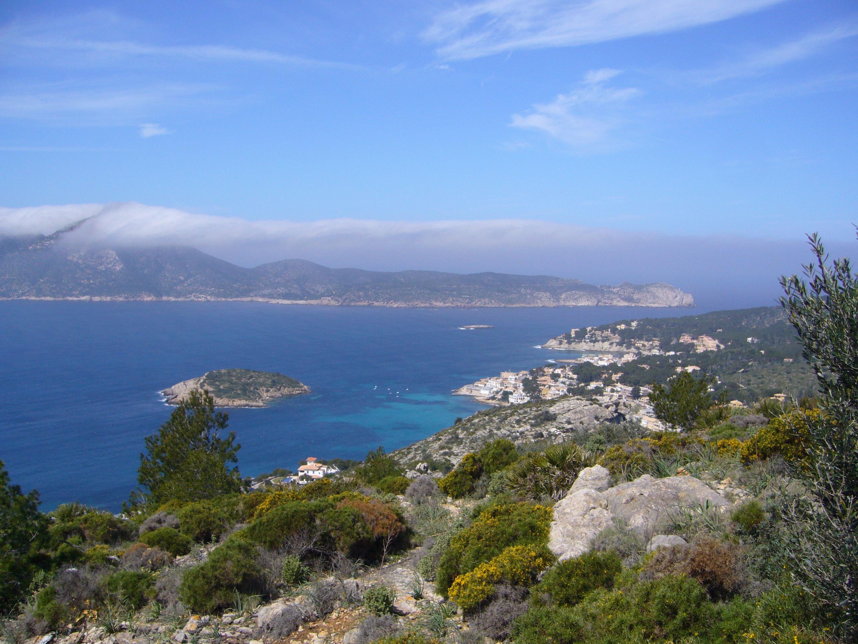 Foto playa Cala Conills. Blick von Mallorca auf die vorgelagerte Dracheninsel (unten Sant Elm)