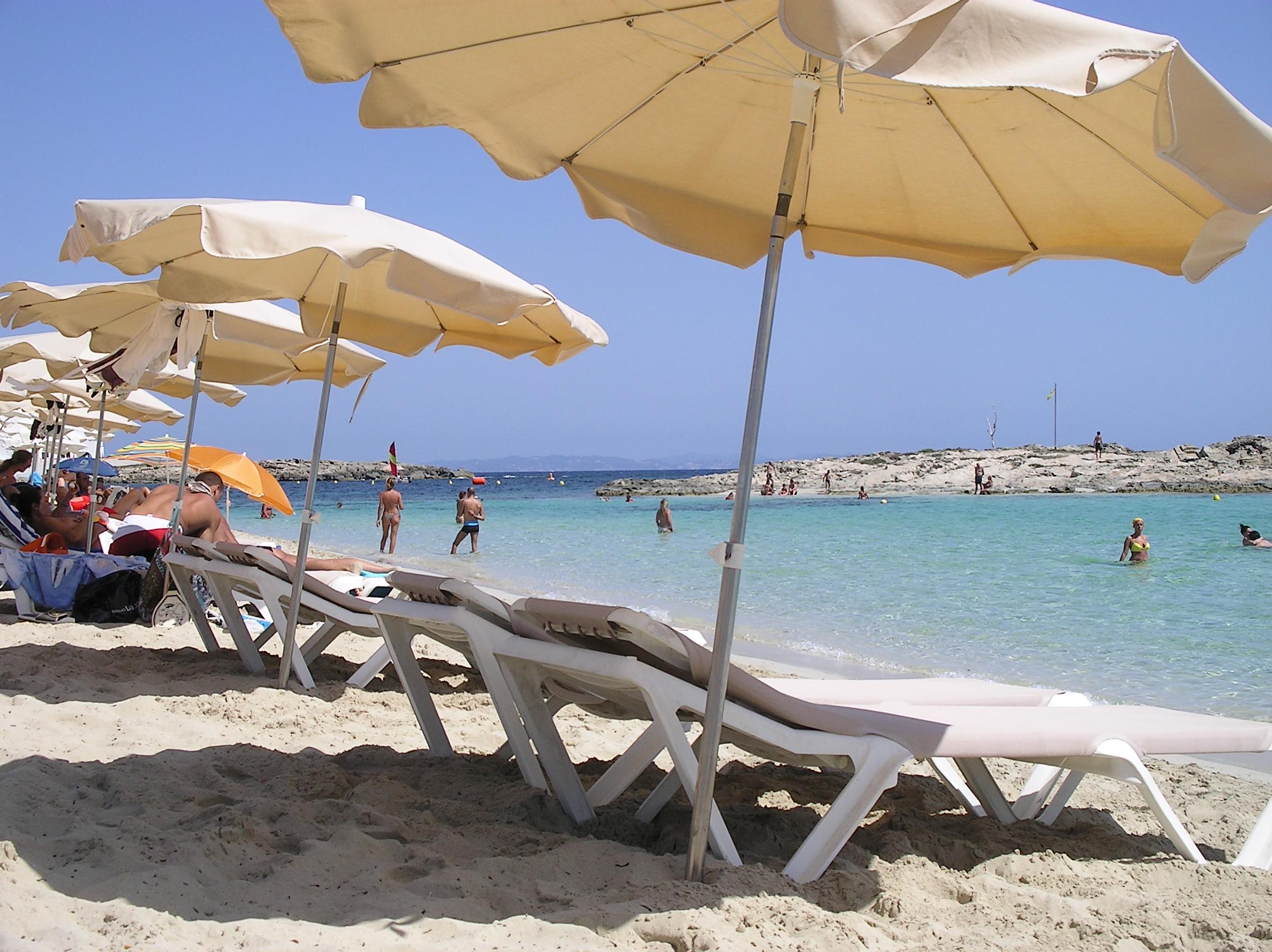 Foto playa Es Pujols. Ombrelloni - Playa Es Pujol