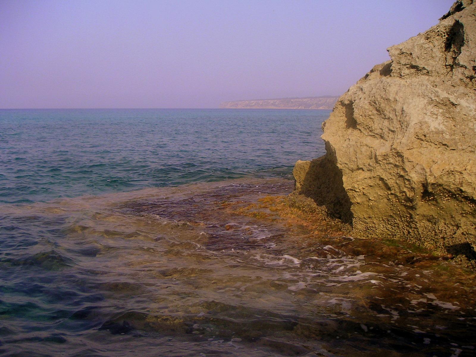 Foto playa Cala en Baster. Costera de Ses Roques. Al fons, la Mola