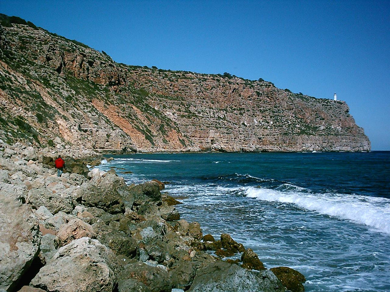 Foto playa Cala Codolá. Cala Codolar con el Far de la Mola al fondo (por Mivoziracontigo)