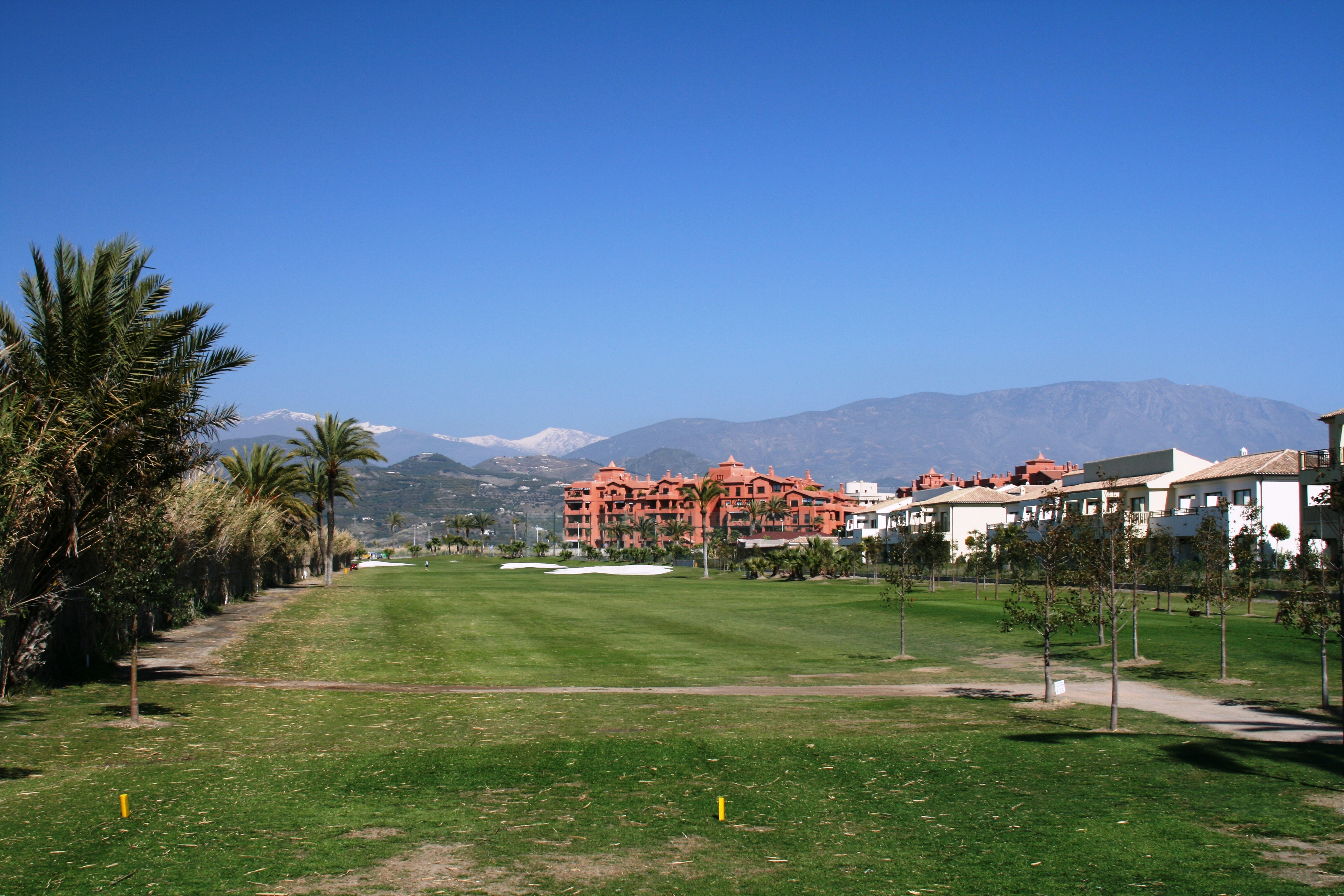 Foto playa Salobreña / La Cagadilla / Punta del Río. Los Moriscos Golf Club - Hole No 3 and ROBINSON Club Playa Granada on the right hand side