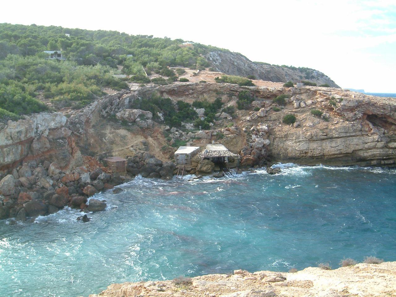Foto playa Cala Salada. Casetas de pescadores en la costa oeste
