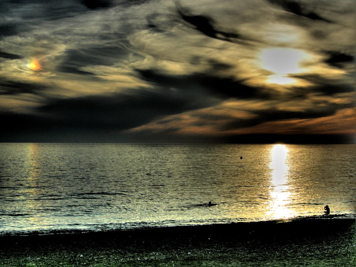 Foto playa La Charca / Salomar. Reflejos hasta en las nubes (HDR)