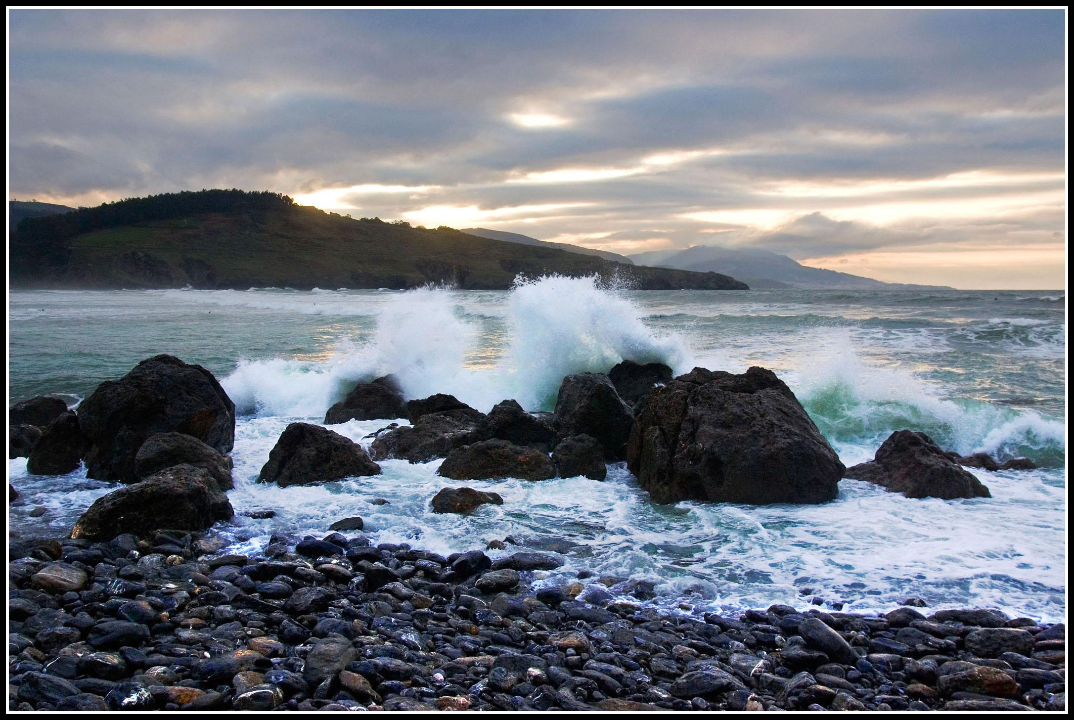 Foto playa La Arena / Somorrostro. Rompiendo contra las rocas
