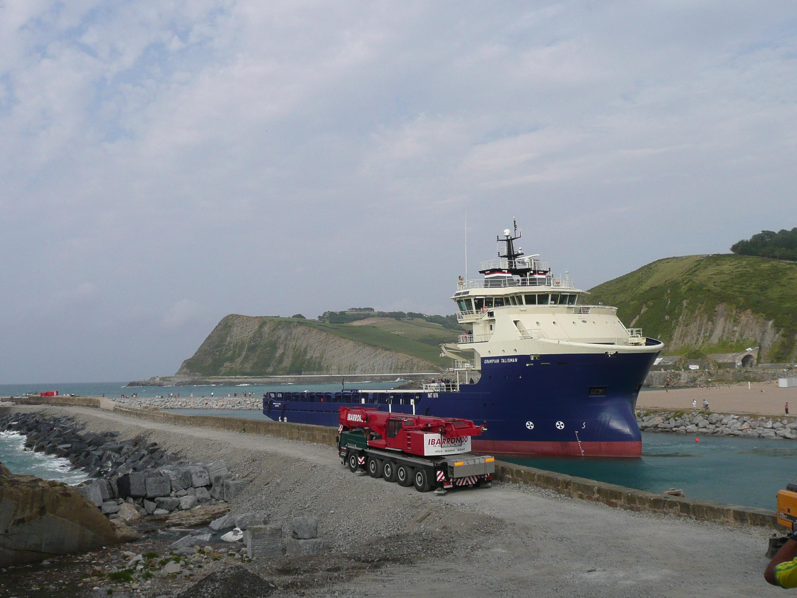 Foto playa Sisurko / Laondoko portua. Grampian Talisman saliendo al mar (zumaia)