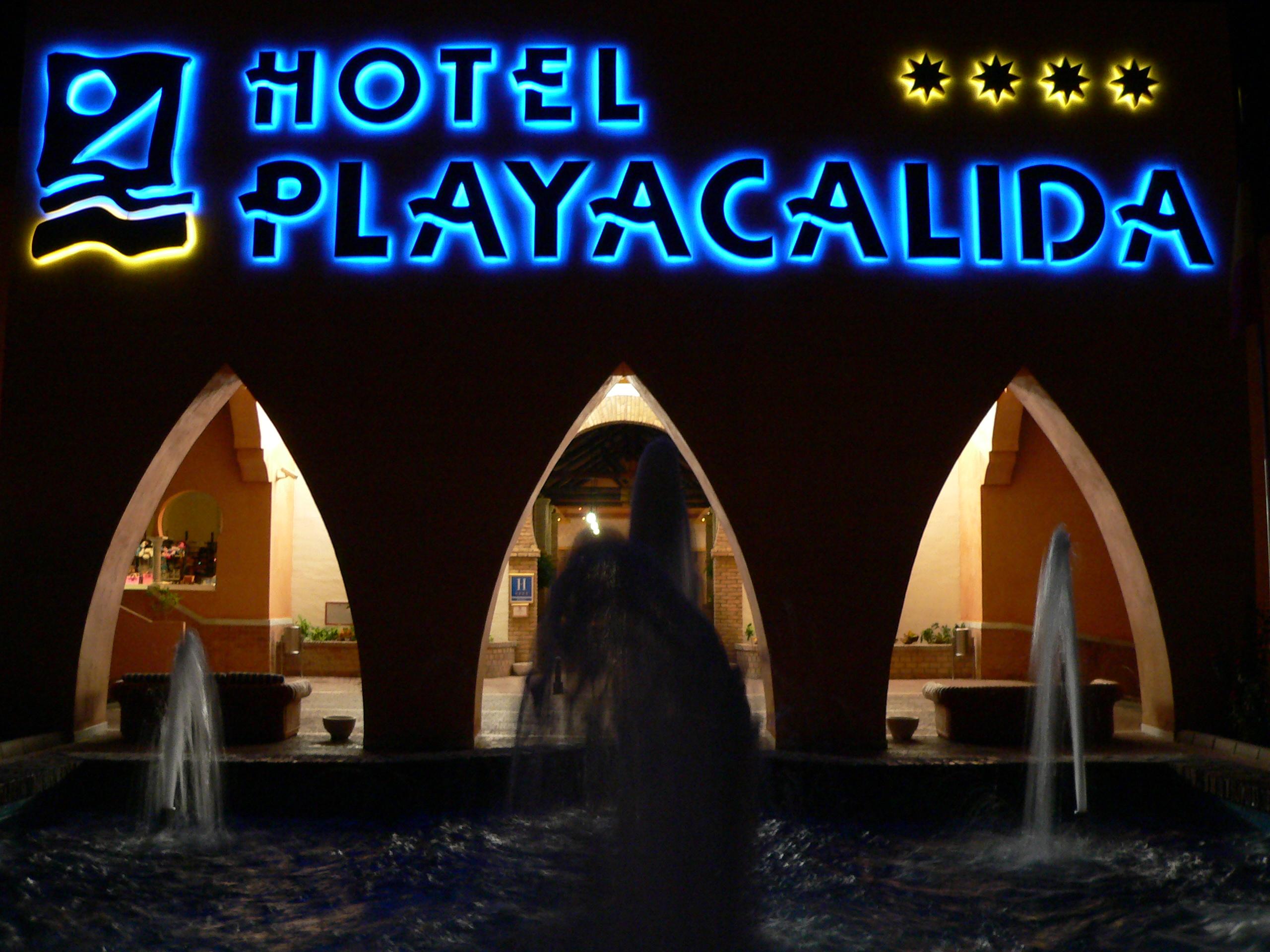 Foto playa Cabria. Hotel Playacalida entrence by night.
