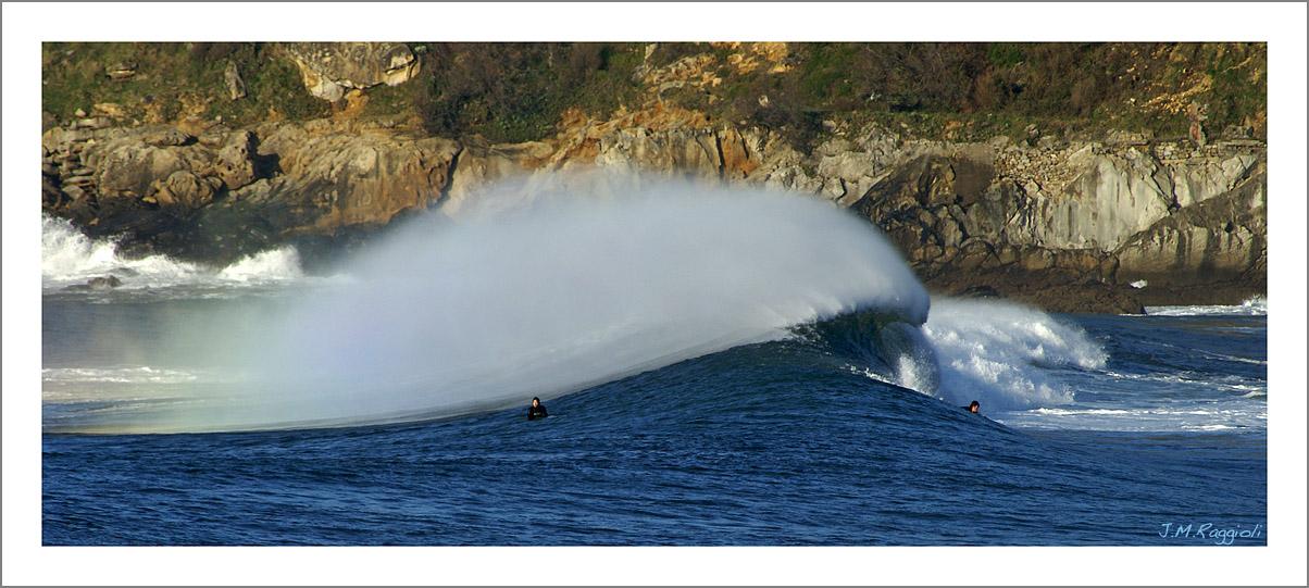 Foto playa La Zurriola. Playing with the waves