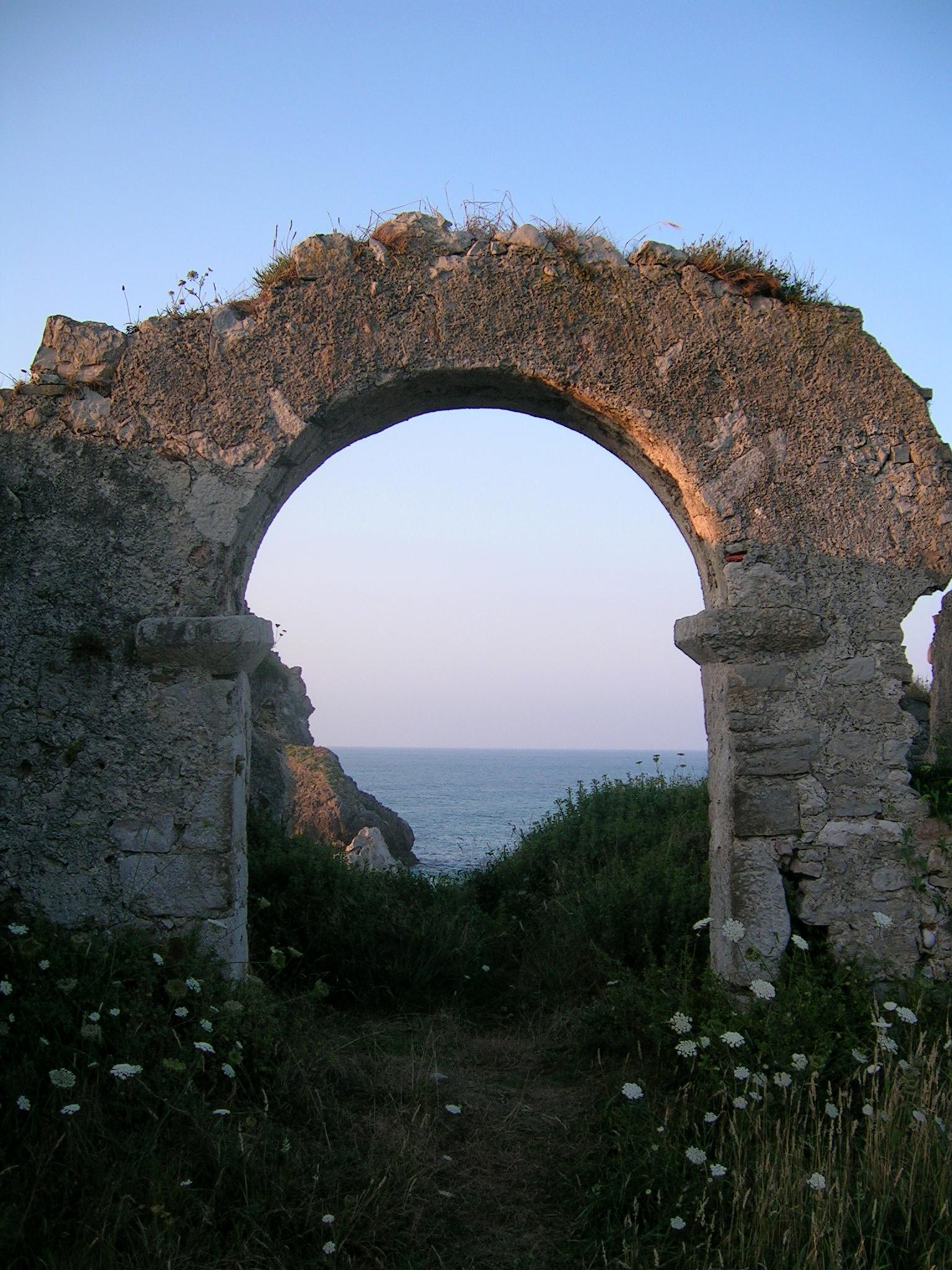 Foto playa Aitzuri. arco, ermita de san Martin, Celorio, con. Llanes, 2006.