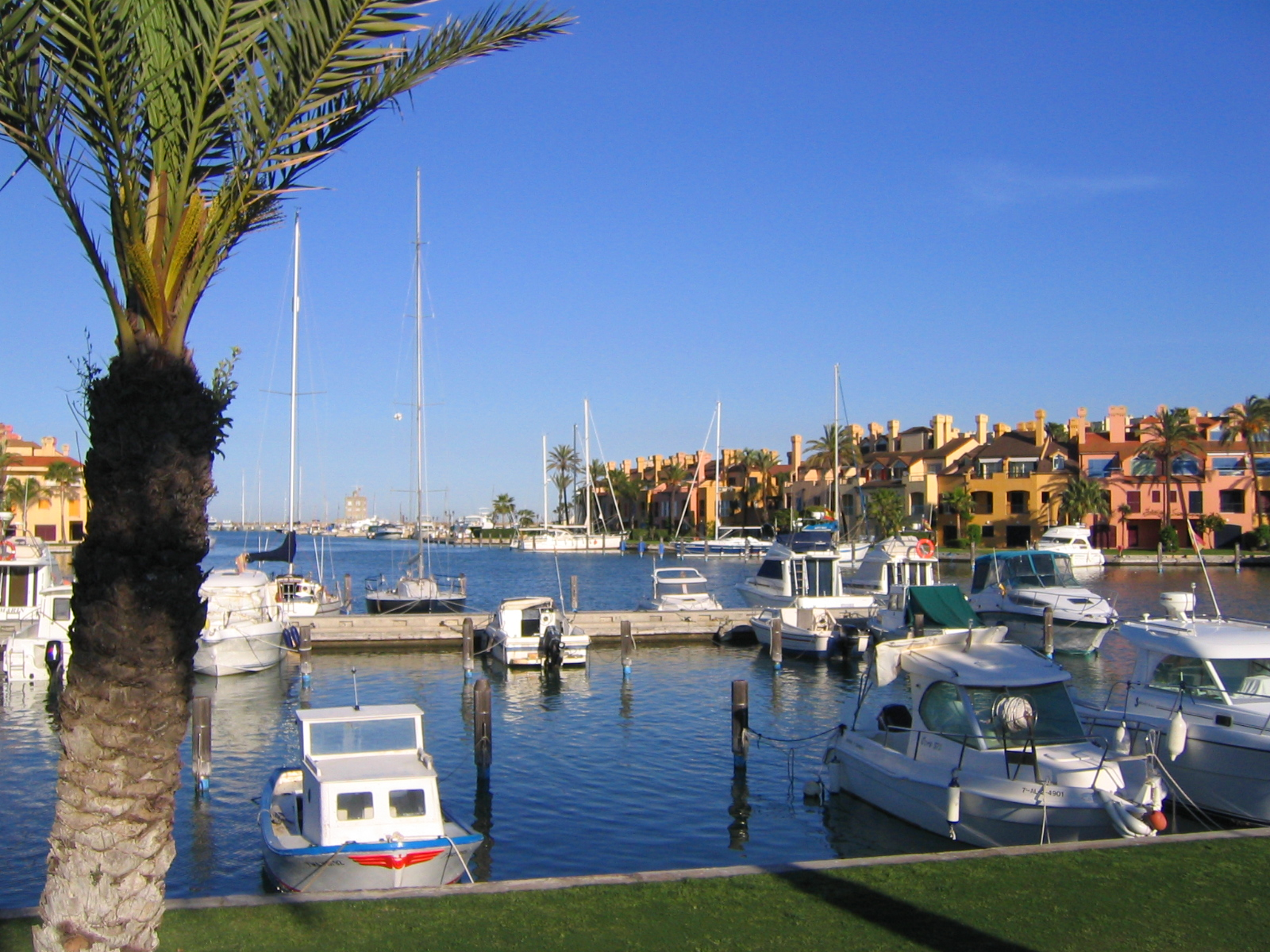 Foto playa Torreguadiaro / Playa de las Conchas. The yachts and expensive apartments of Sotogrande