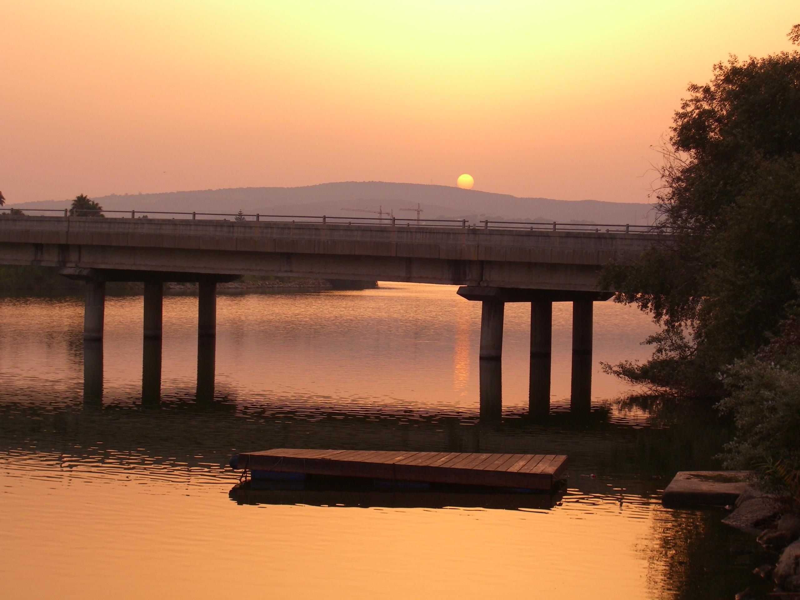 Foto playa Sotogrande. Atardecer en puente sobre el rio