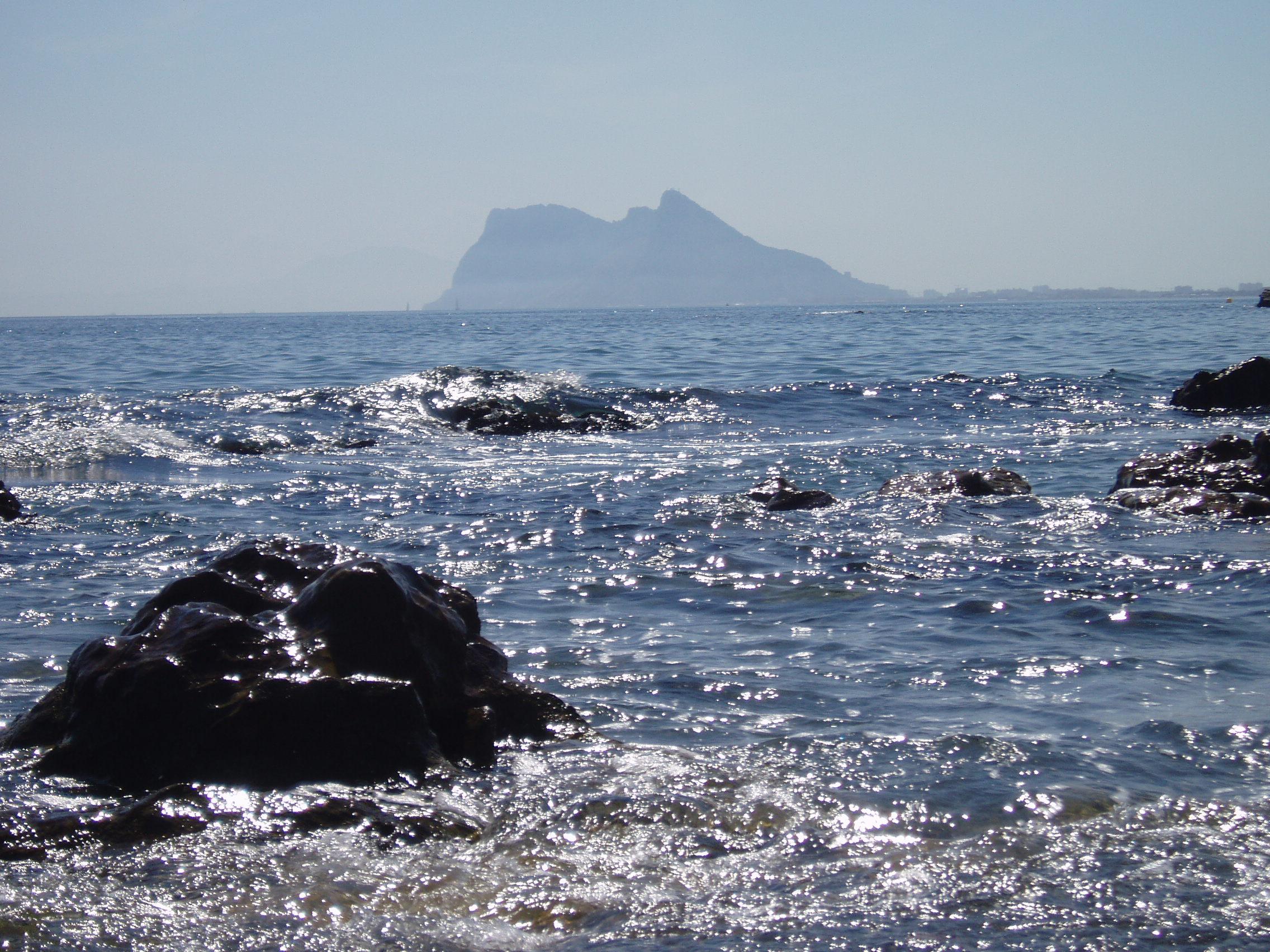 Foto playa Torrecarbonera / El Balneario. Gibraltar desde la Alcaidesa