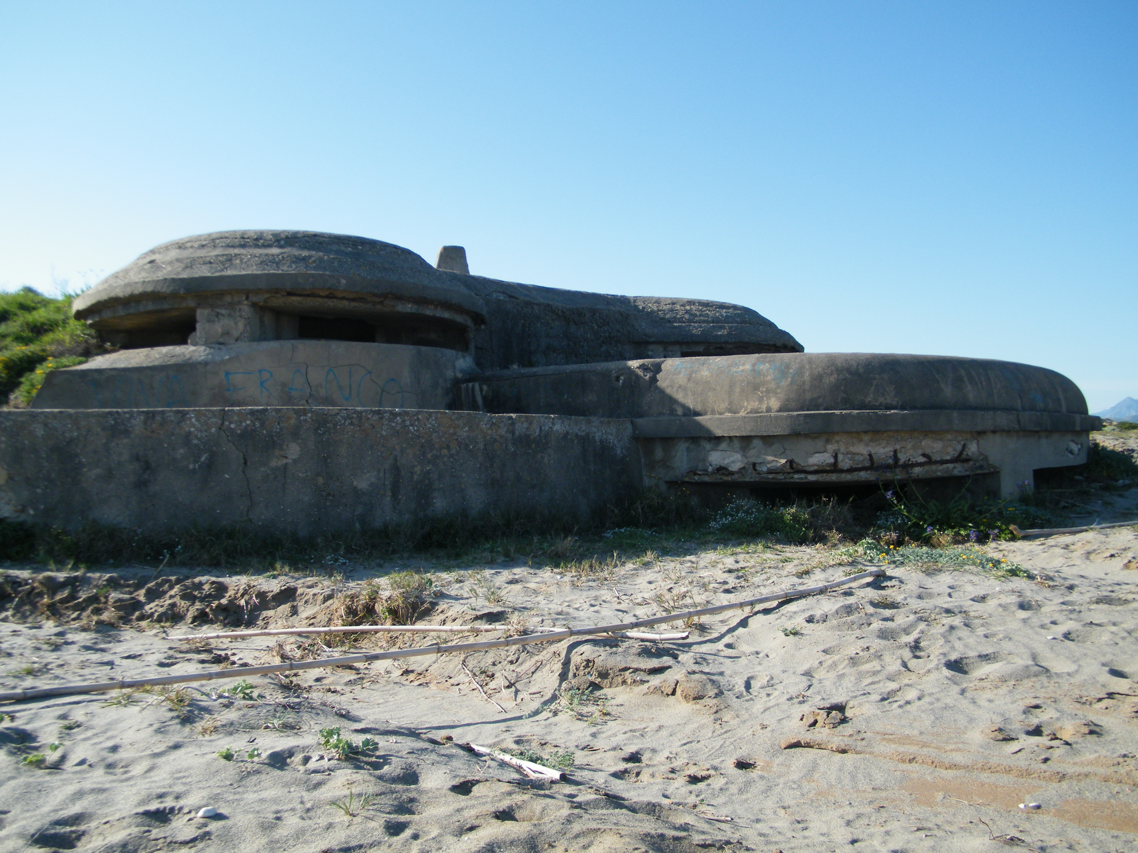 Foto playa Torrecarbonera / El Balneario. Nido de ametralladora doble planta en Punta Mala