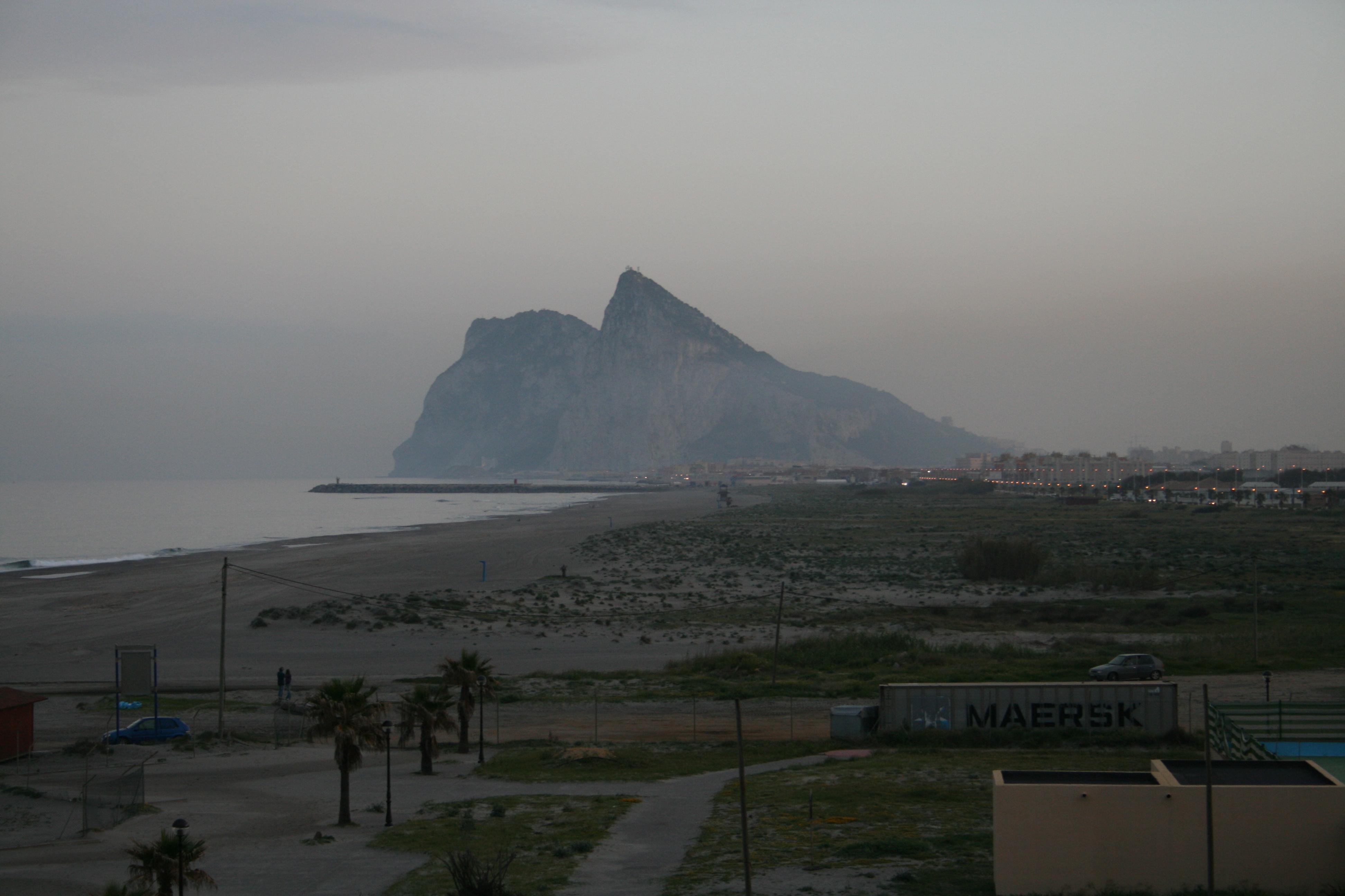 Foto playa La Atunara / Sobrevela. GIBRALTAR DESDE EL BURGO