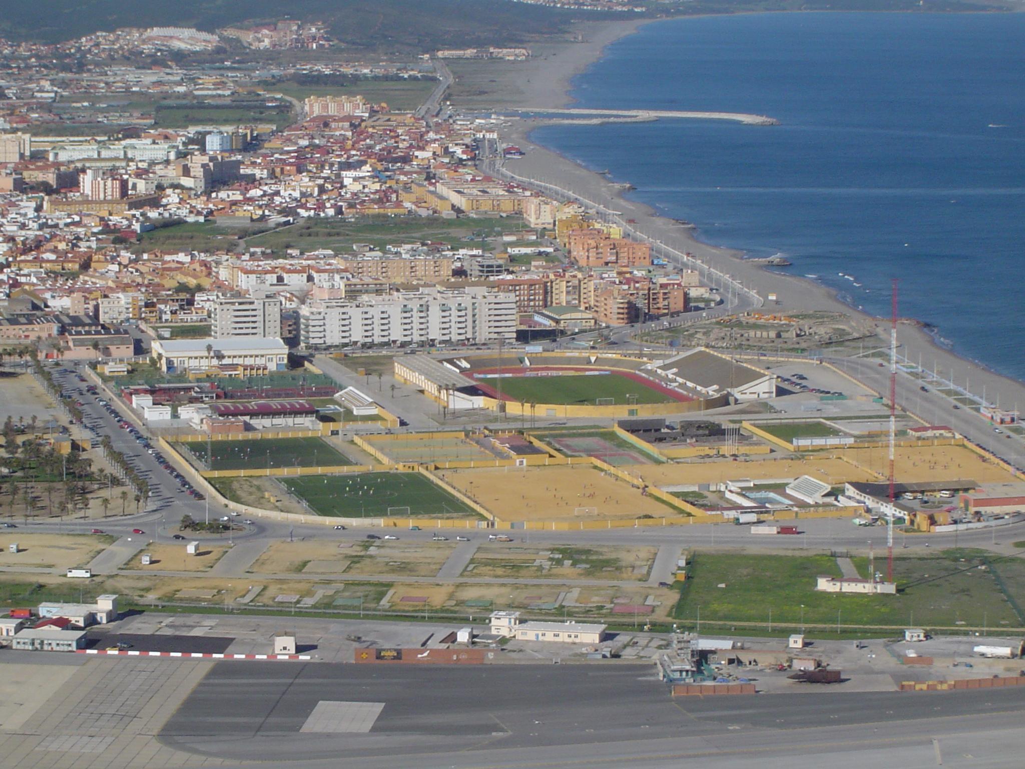 Foto playa Playa de Levante / Santa Bárbara. Pista deportivas de la Línea