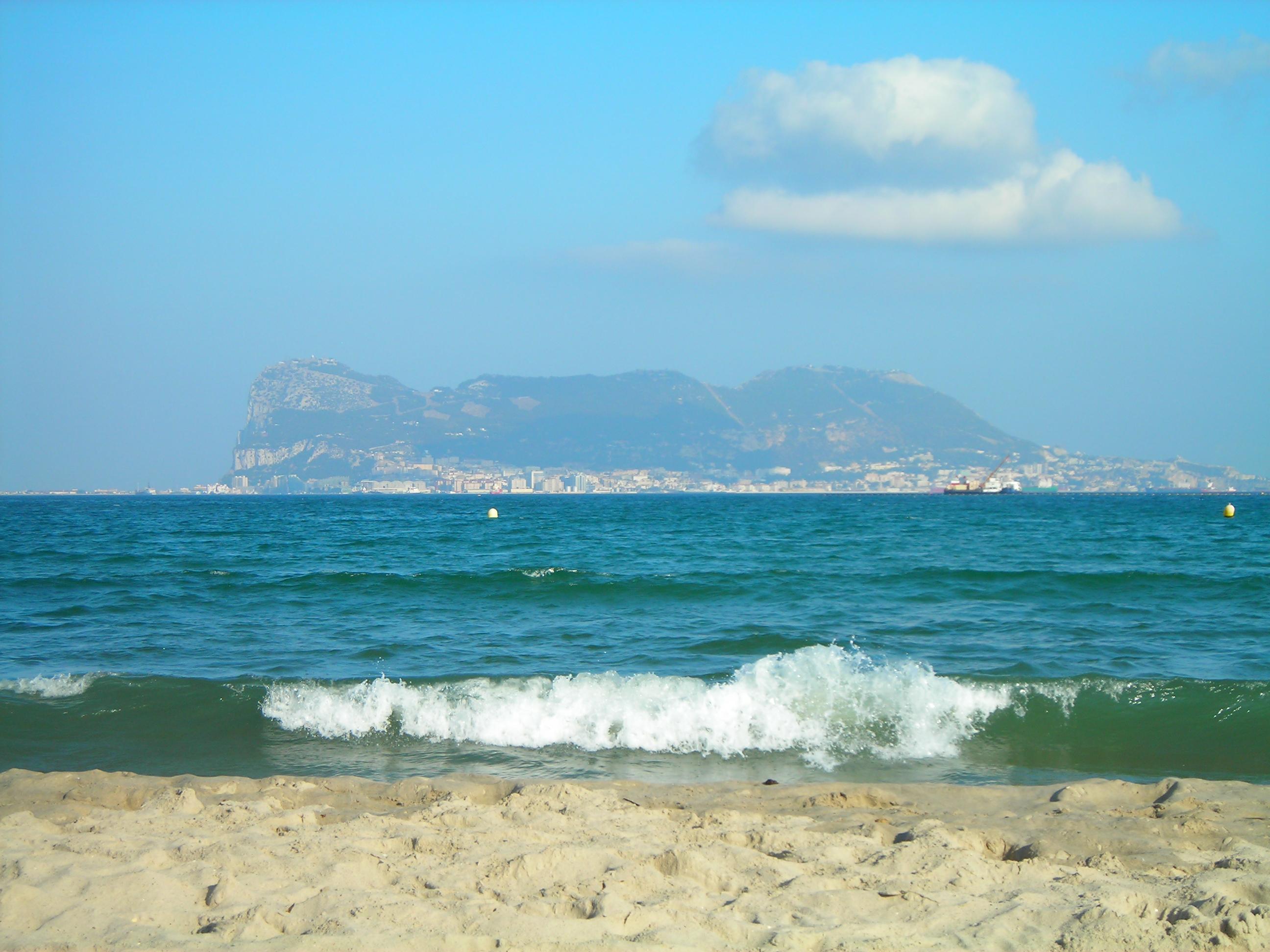 Foto playa Palmones.  Vista de Gibraltar desde la playa de Palmones.