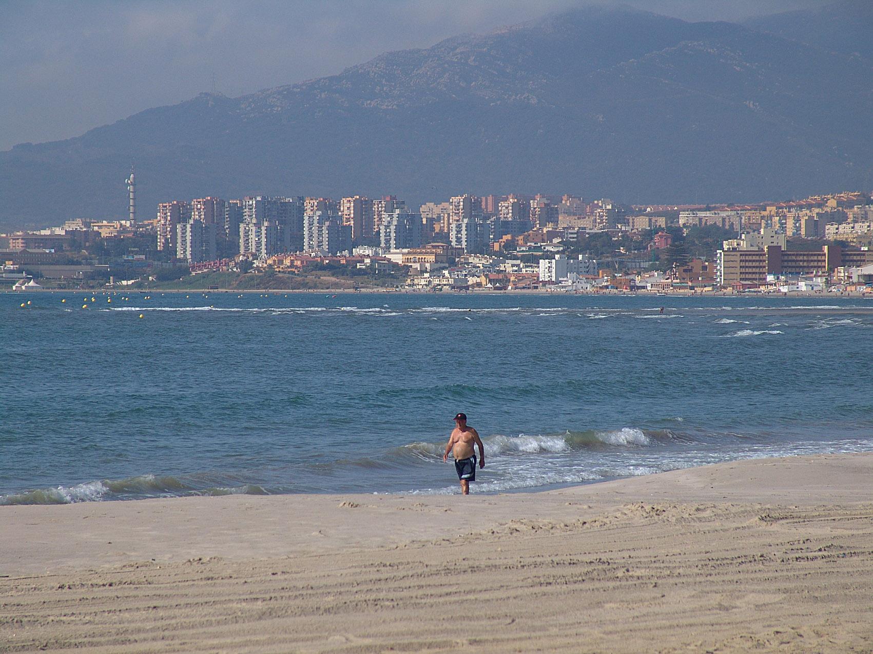Foto playa Palmones. Playa de Palmones, en Los Barrios, con Algeciras al fondo.