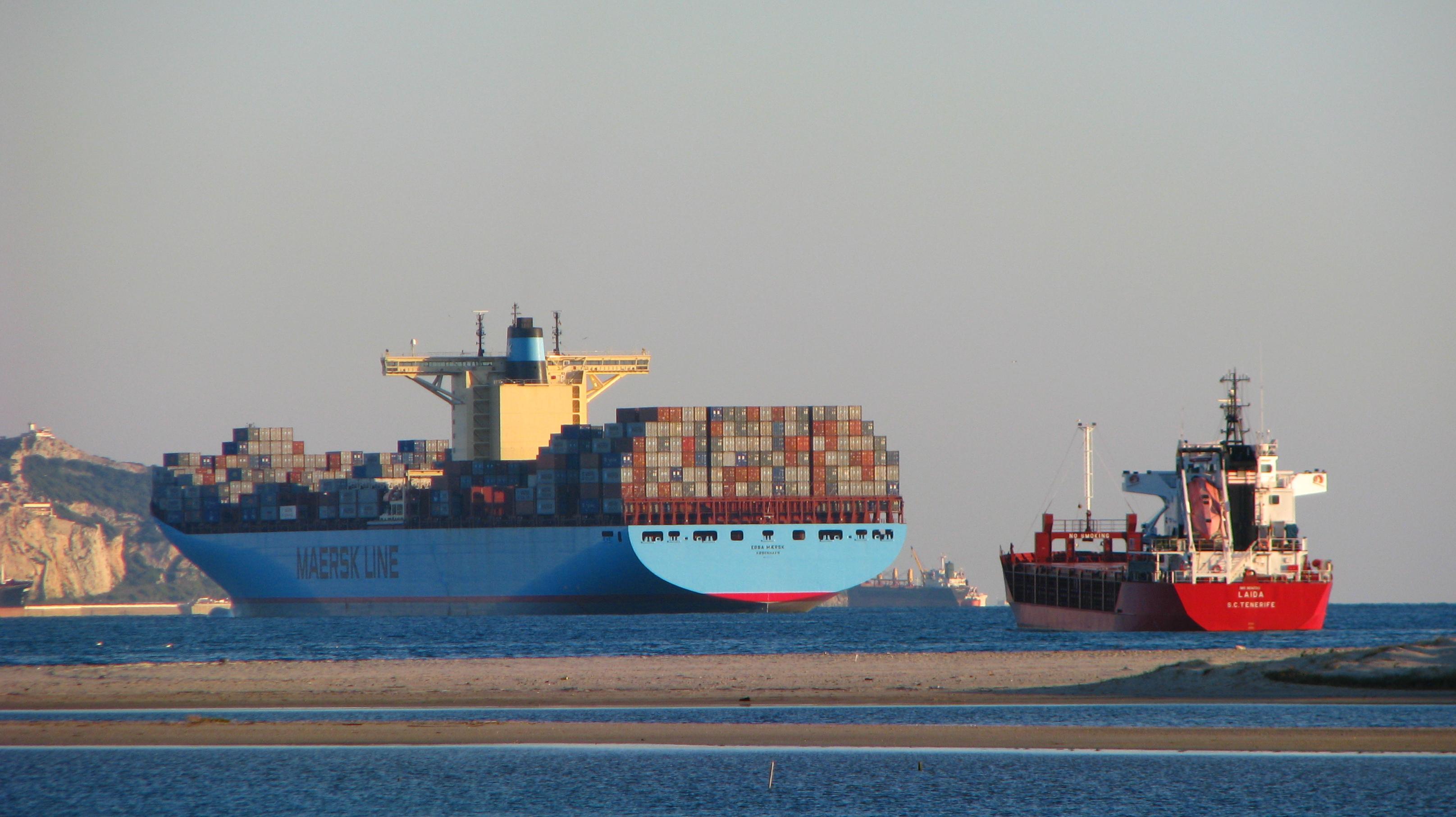 Foto playa Palmones. Ebba Maersk fondeado en la bahía