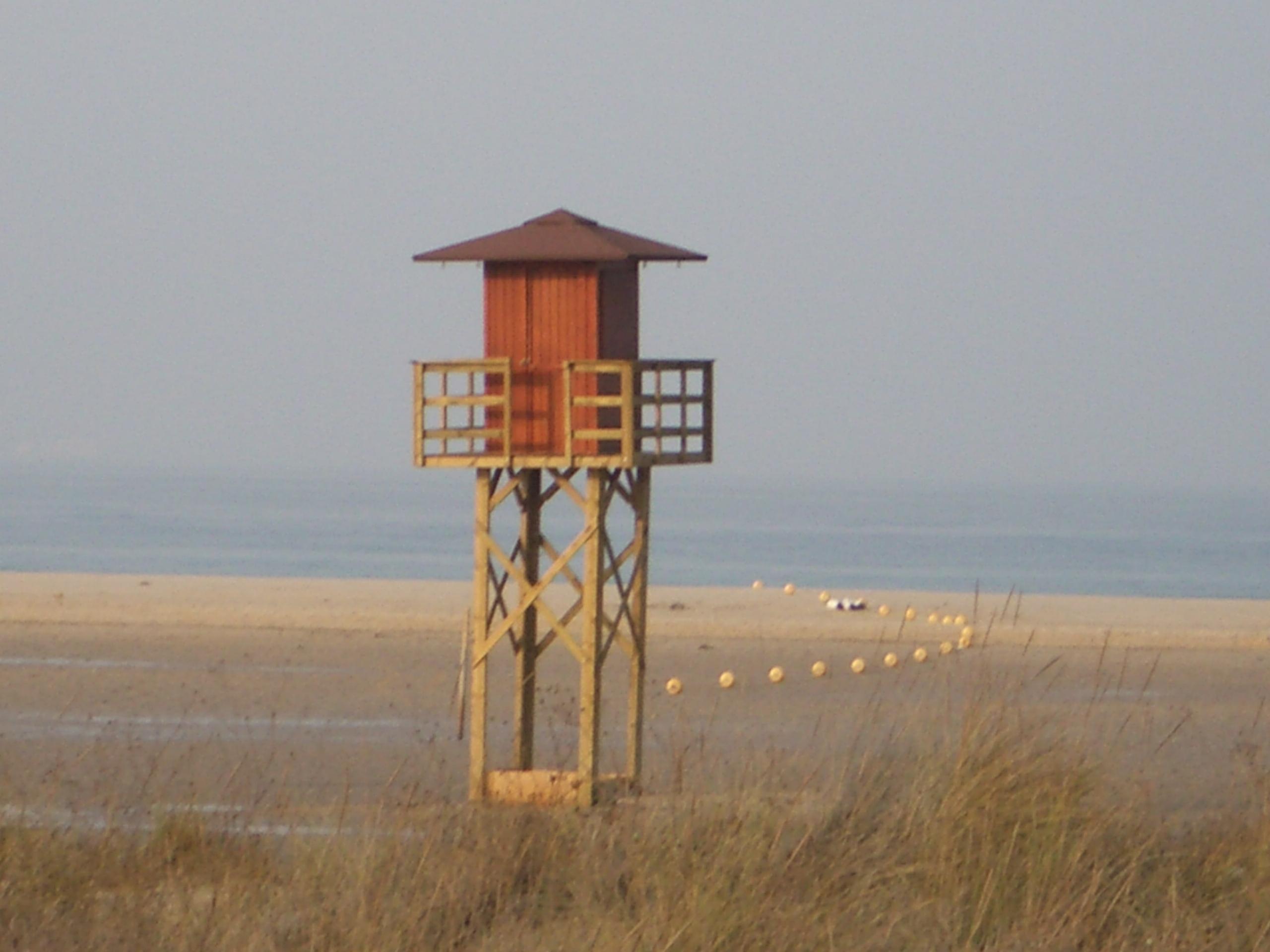 Foto playa Los Lances Sur. los vigilantes de la playa