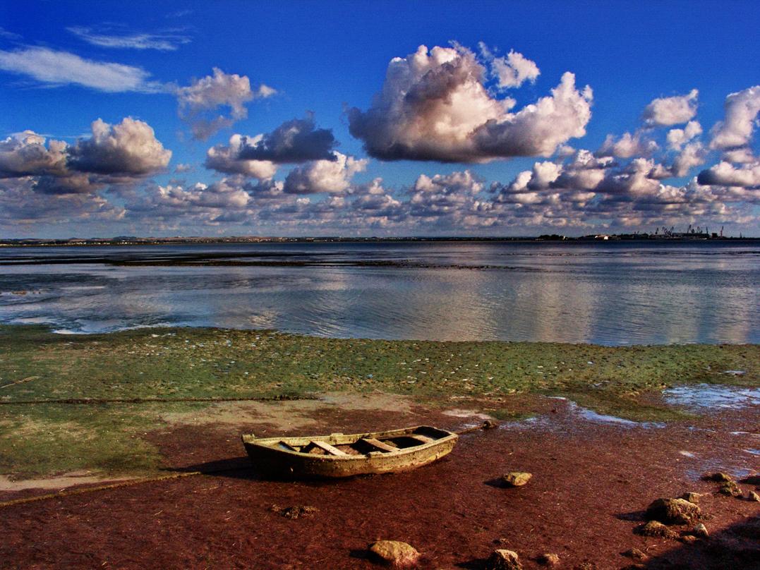 Foto playa La Cachucha. Barquilla varada