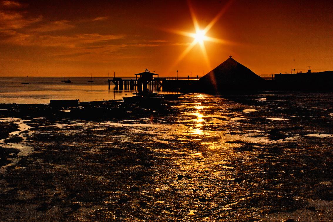 Foto playa La Cachucha. Orilla en rojo