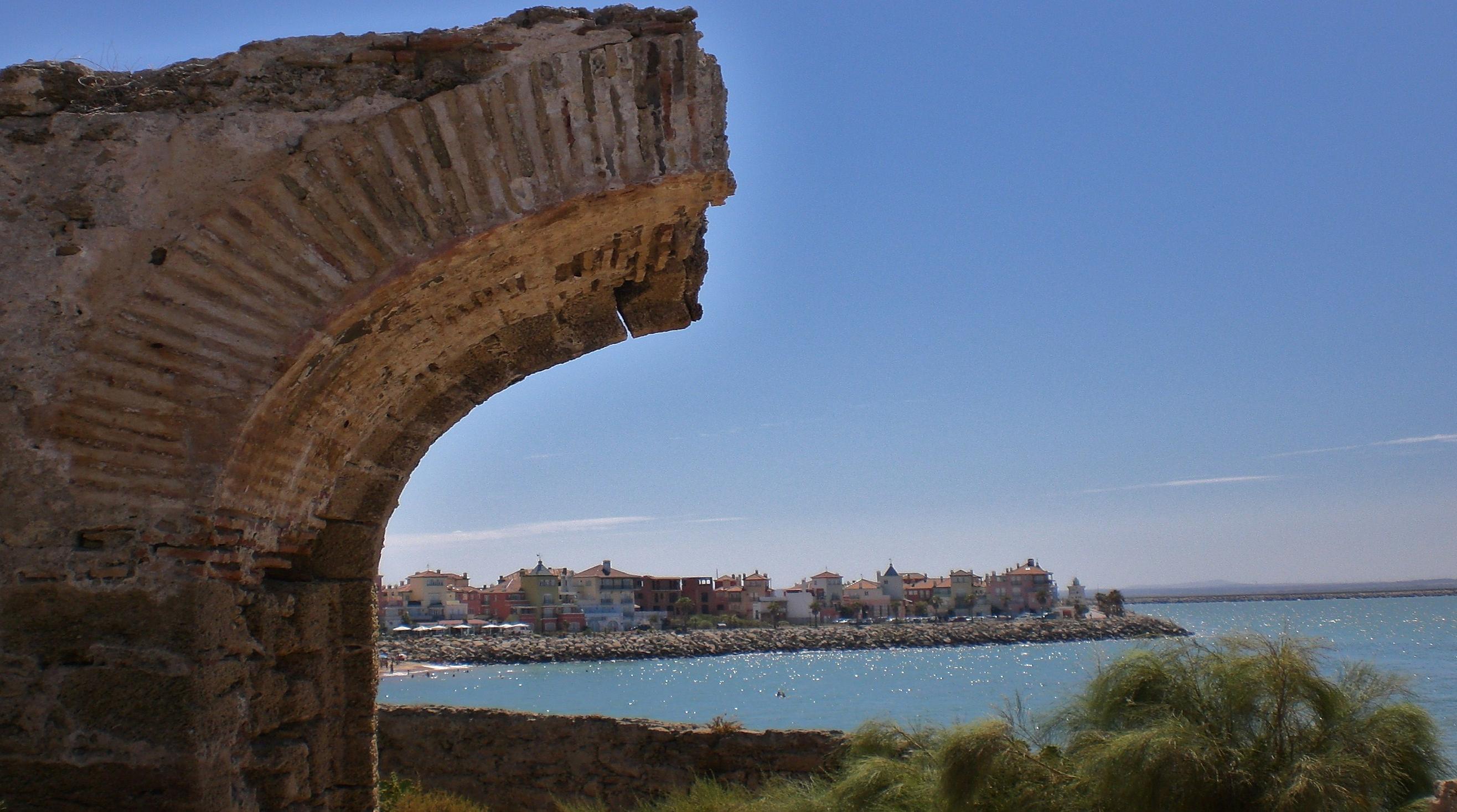 Foto playa La Calita. Puerto Sherry  visto desde las ruinas de la muralla