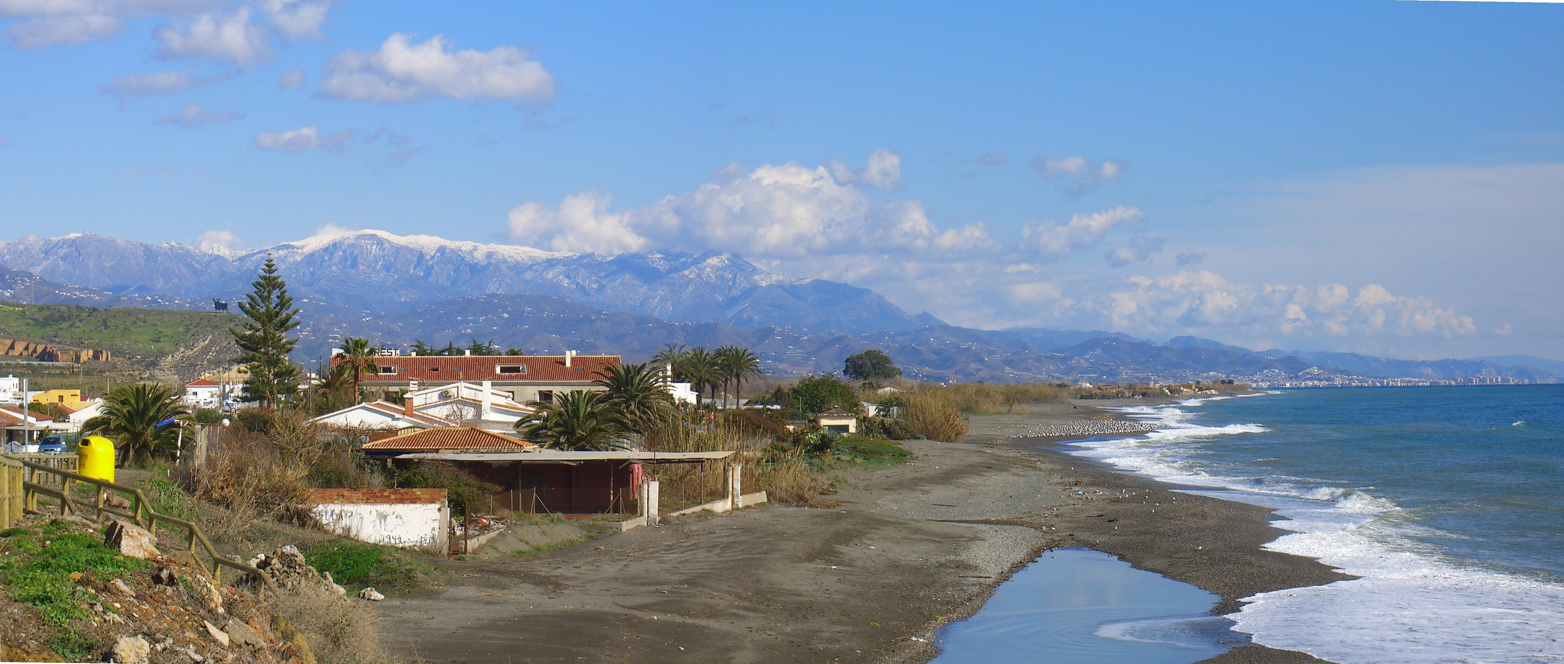 Foto playa Valle Niza. Panorámica desde Benajarafe de la Sierra de Almijara con la Maroma nevada