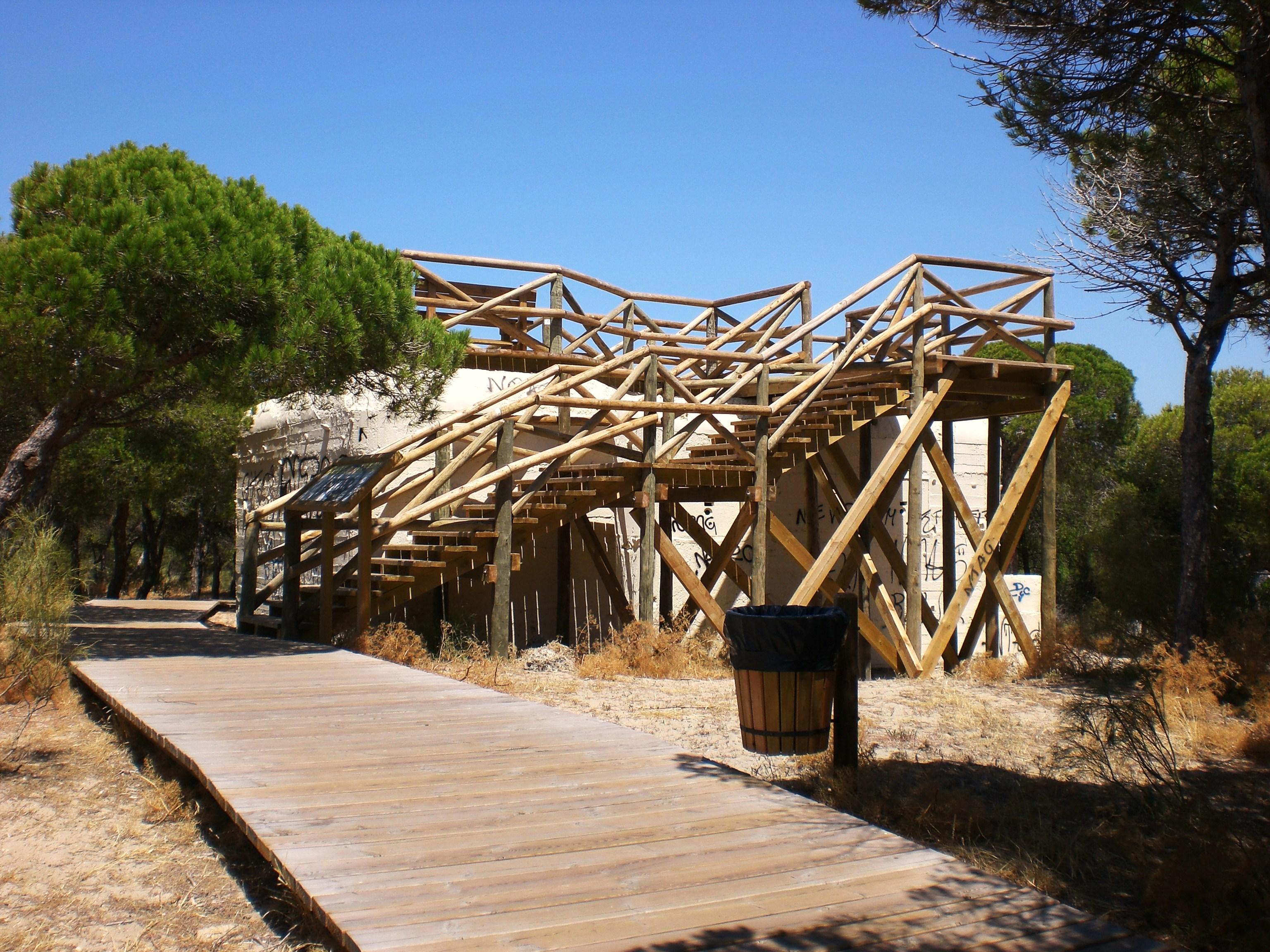 Foto playa Piedras Gordas / Los Corrales. Bunker de guerra transformado en mirador  (vista lateral)