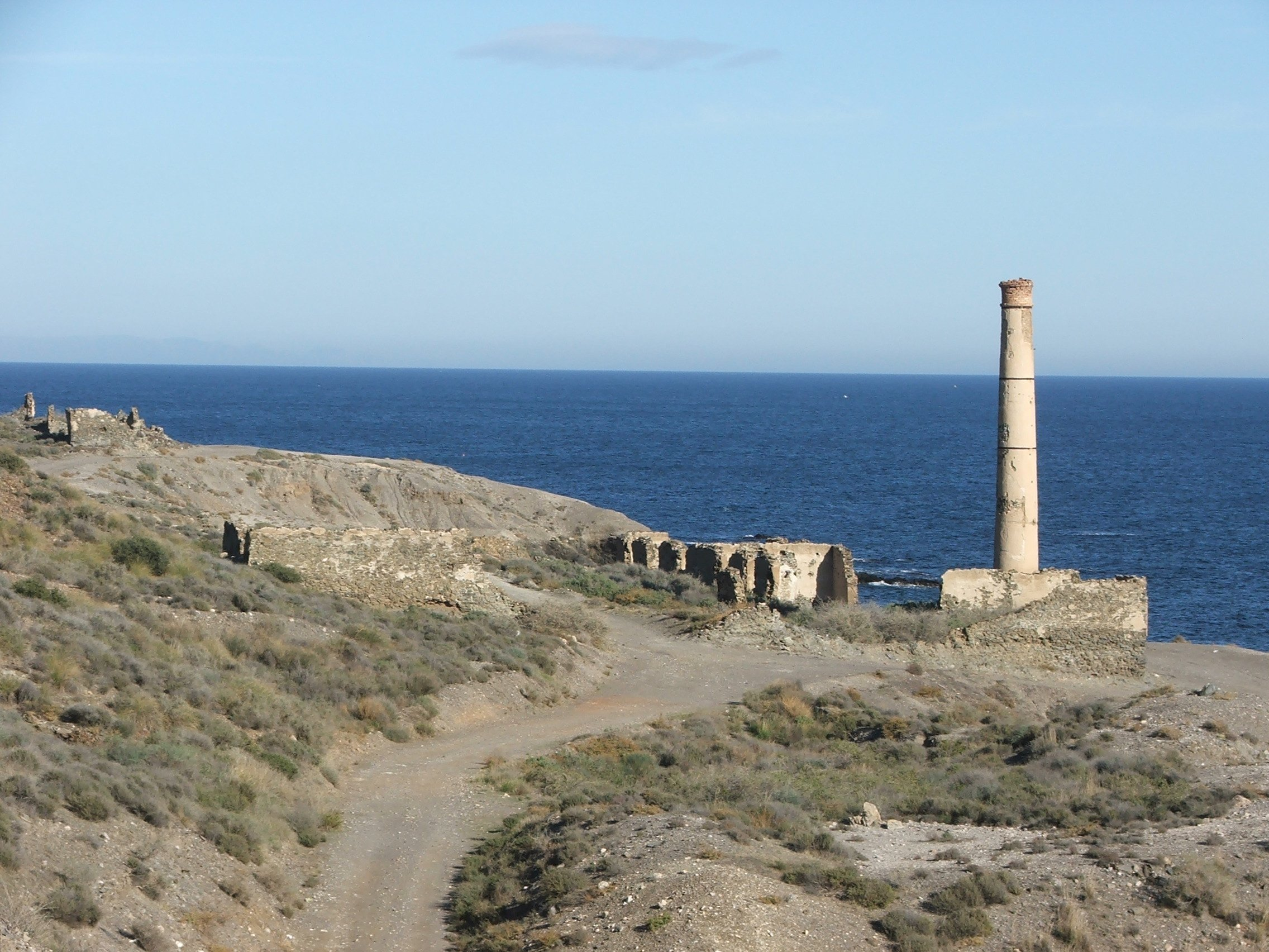 Foto playa Cala de la Dolores. Old lead smelter north of Villaricos