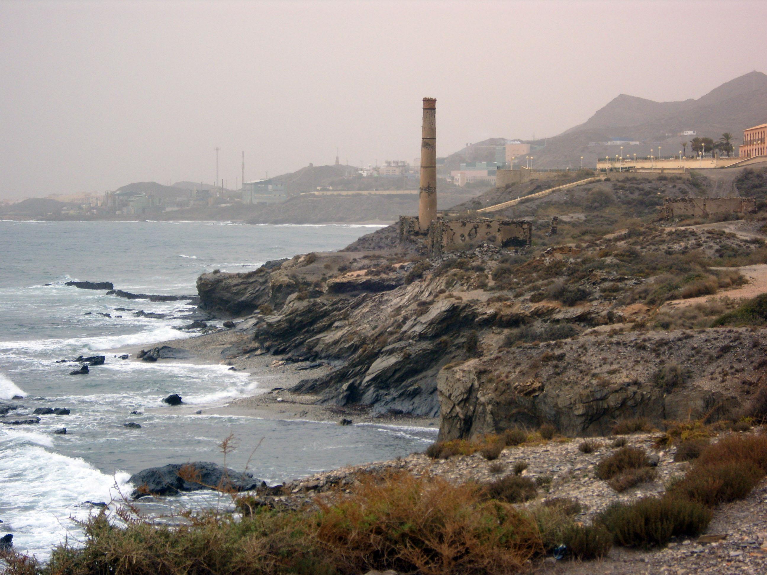 Foto playa Cala de la Dolores. Antiguas instalaciones mineras en Sierra Almagrera