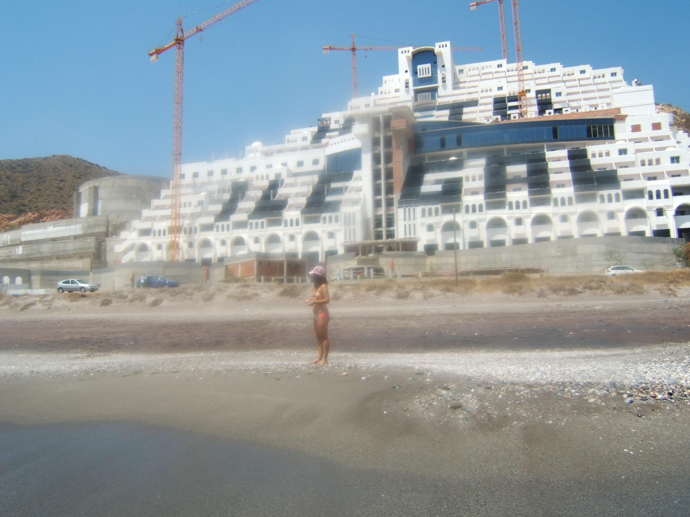 Foto playa El Algarrobico. Hotel  ilegal en la playa de El Algarrobico