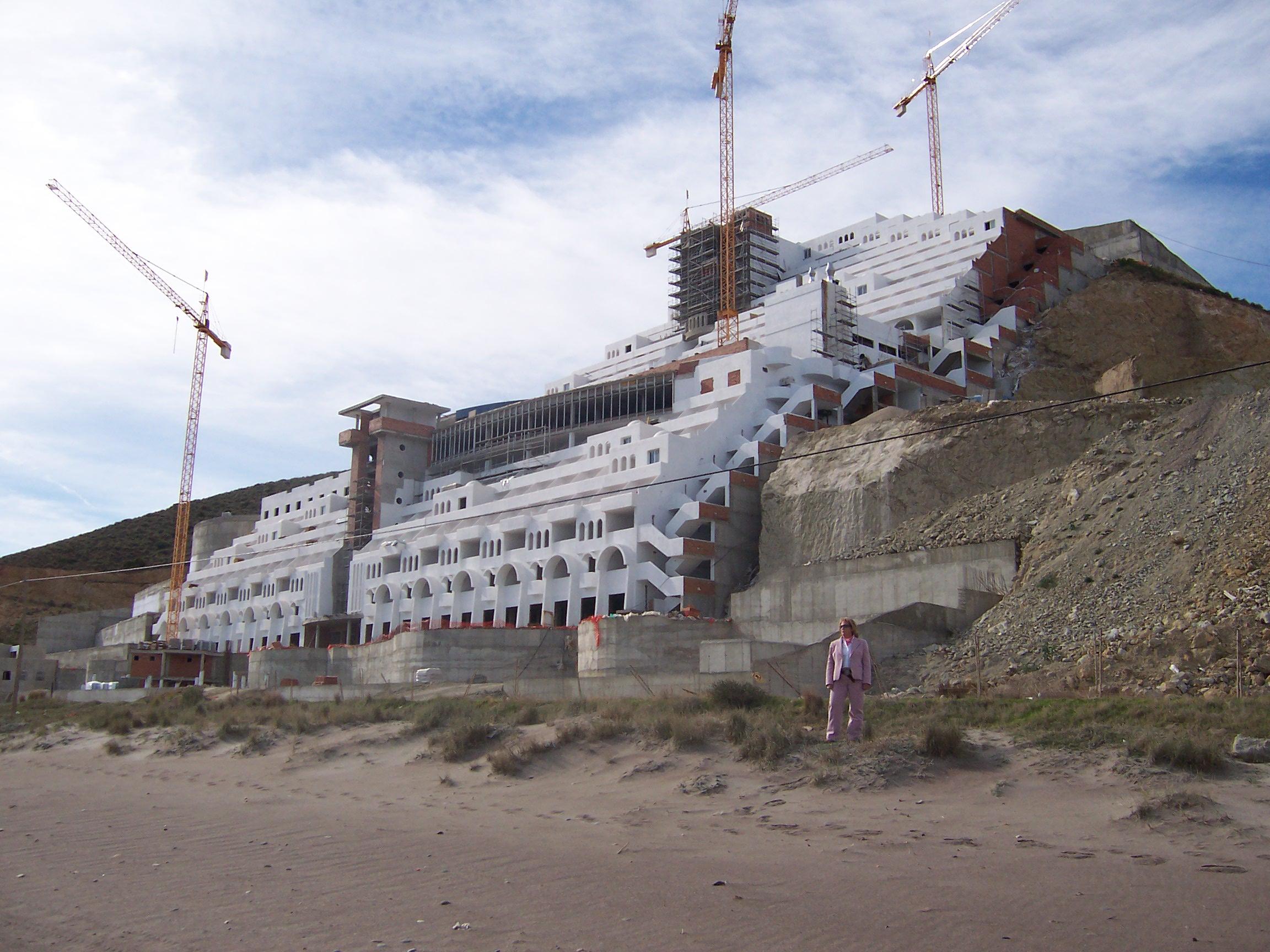 Foto playa El Algarrobico. El hotel y Rosa