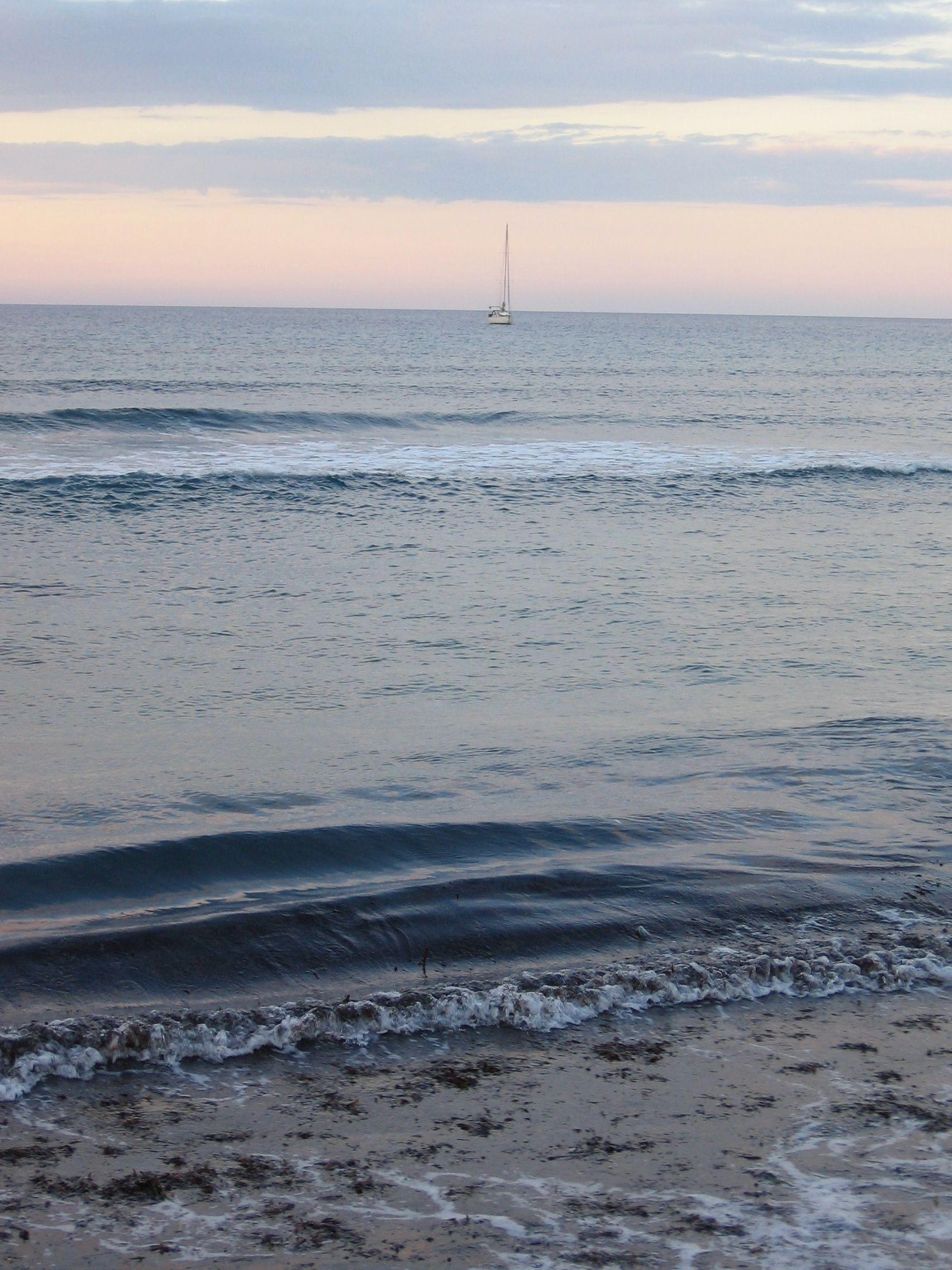Foto playa Cala del Cuervo. Velero junto a El Playazo