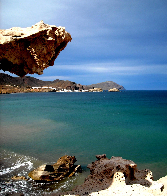 Foto playa El Arco / Los Escullos. Los Escullos al fondo La isleta del Moro