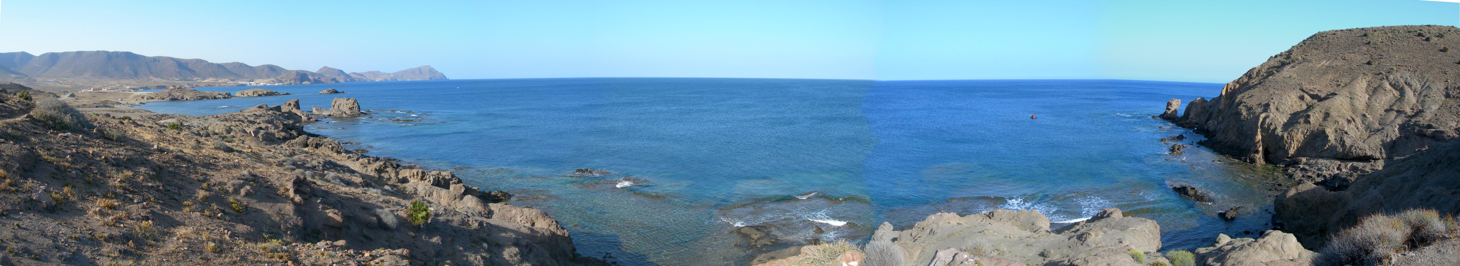 Foto playa El Arco / Los Escullos. Los Escullos al fondo Isleta del Moro