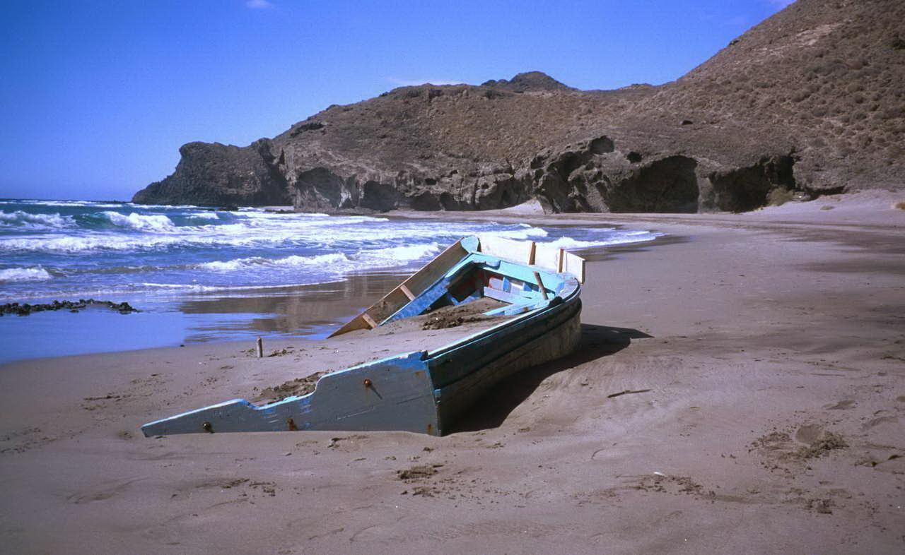 Foto playa Cala Chica. Patera en el Parque Natural de Cabo Gata