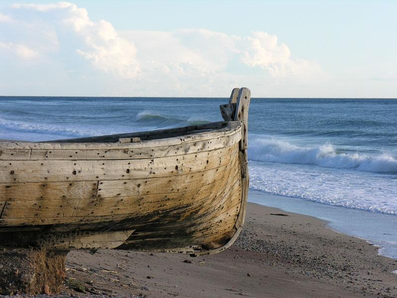 Foto playa La Almadraba de Monteleva. Barca en tierra