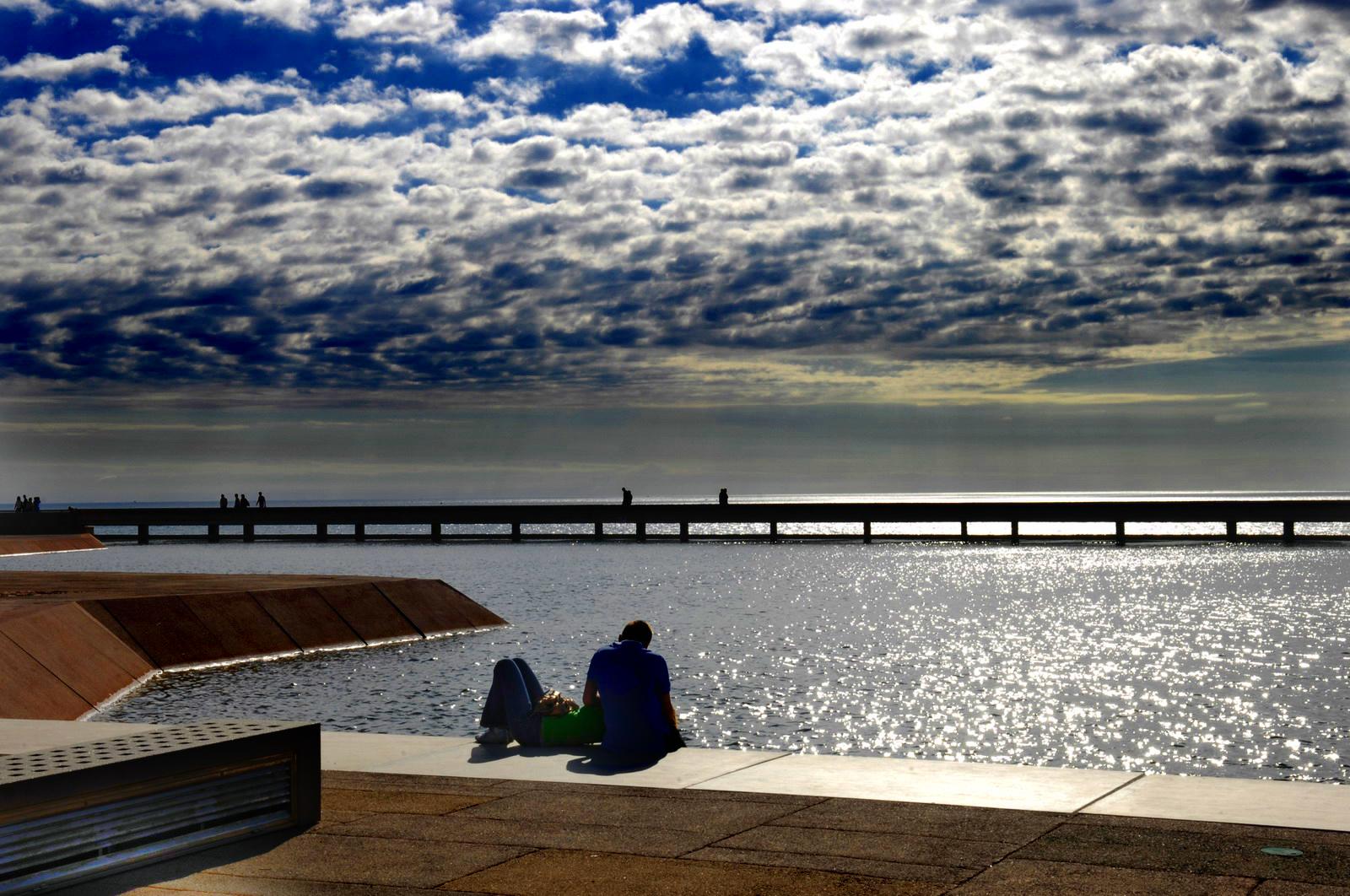 Foto playa El Toyo. El Toyo, estanque junto al mar, paseo maritimo